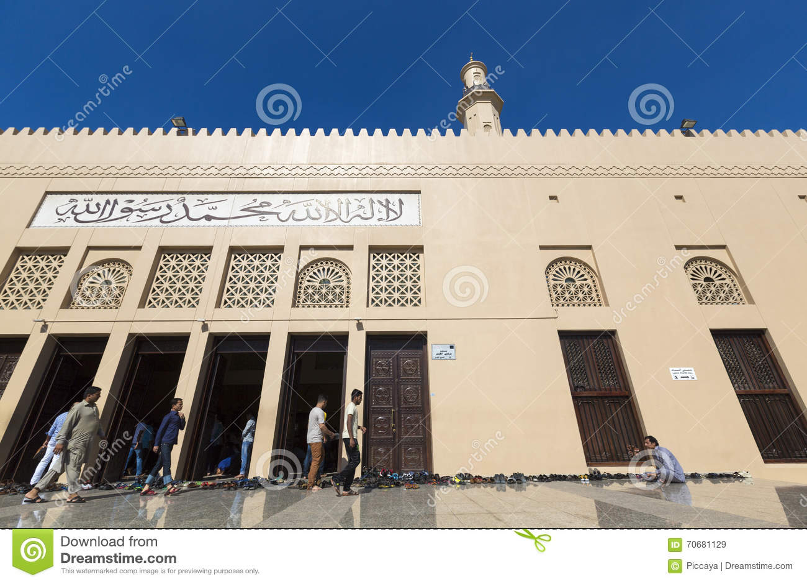 Musulmans en dehors d une mosquée pendant le temps de prière à dubaï