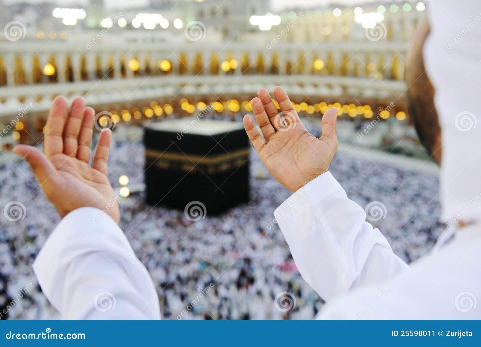 Musulmans priant chez Mekkah avec des mains vers le haut