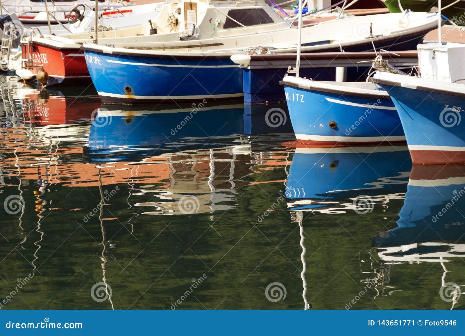 MUTRIKU HISZPANIA, WRZESIEŃ, - 06, 2014: widok rybie łodzie w porcie Mutriku