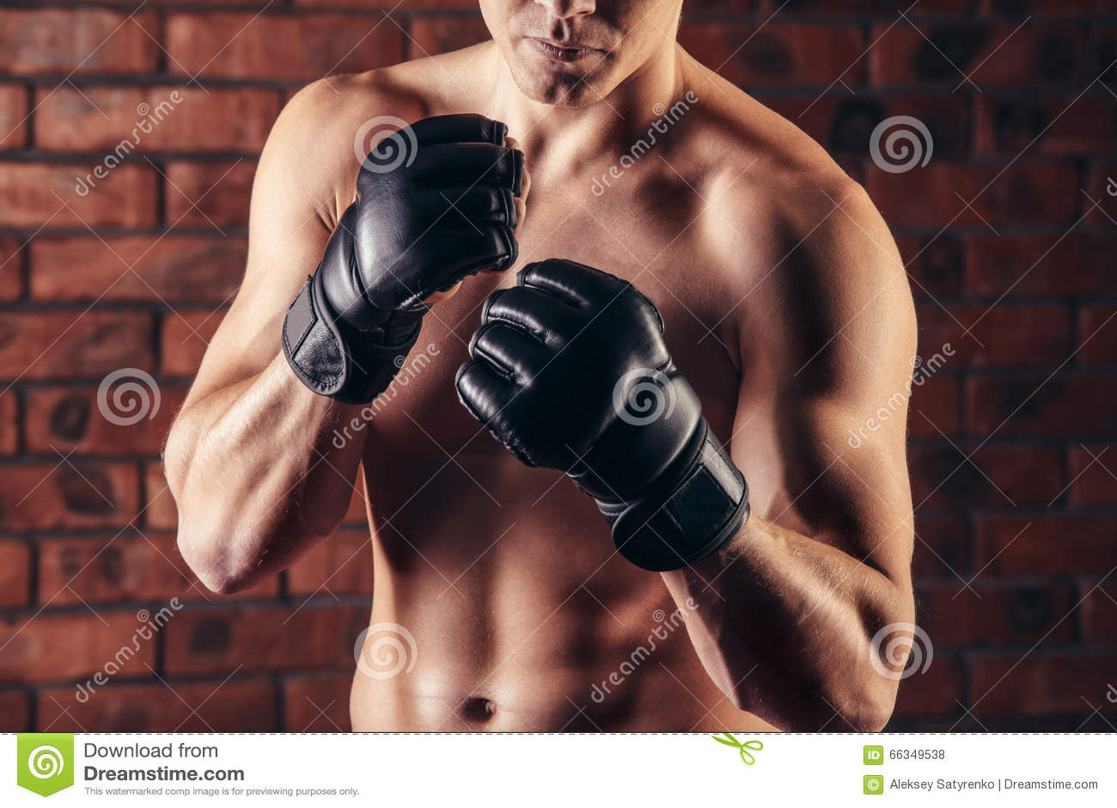 Muttahida Majlis-E-Amal战斗机画象在拳击姿势的对砖墙