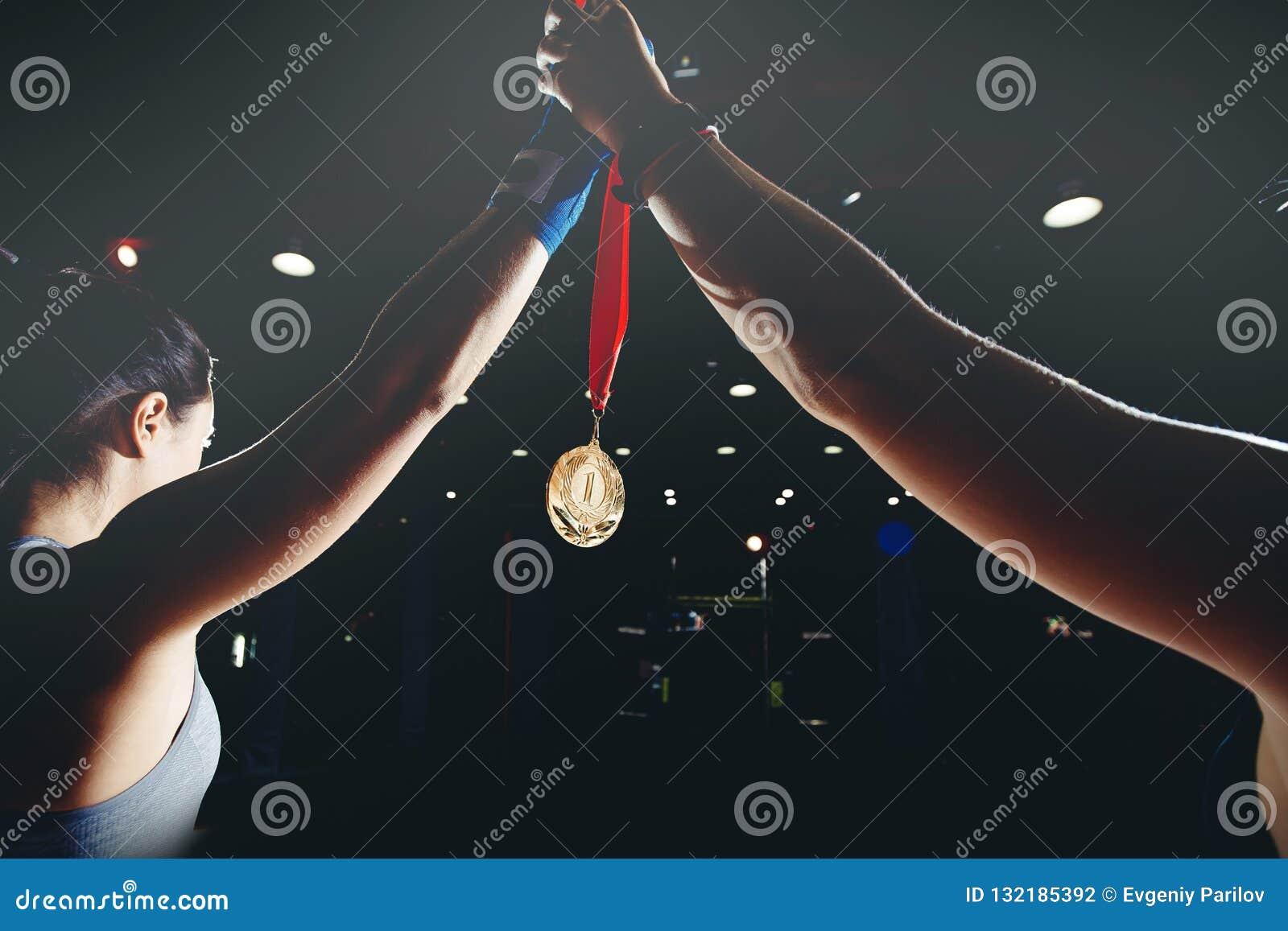 Muttahida Majlis-E-Amal задерживают ее руку с золотой медалью