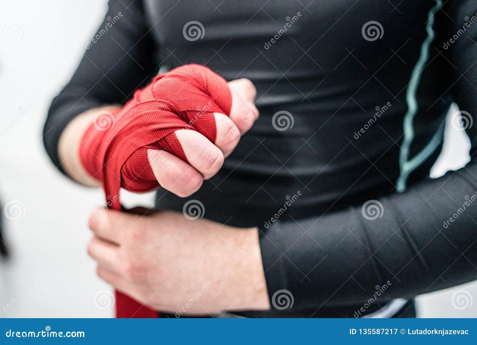 Muttahida Majlis-e-Amal boxender Kämpfer, der Handverpackungen auf Hände setzt
