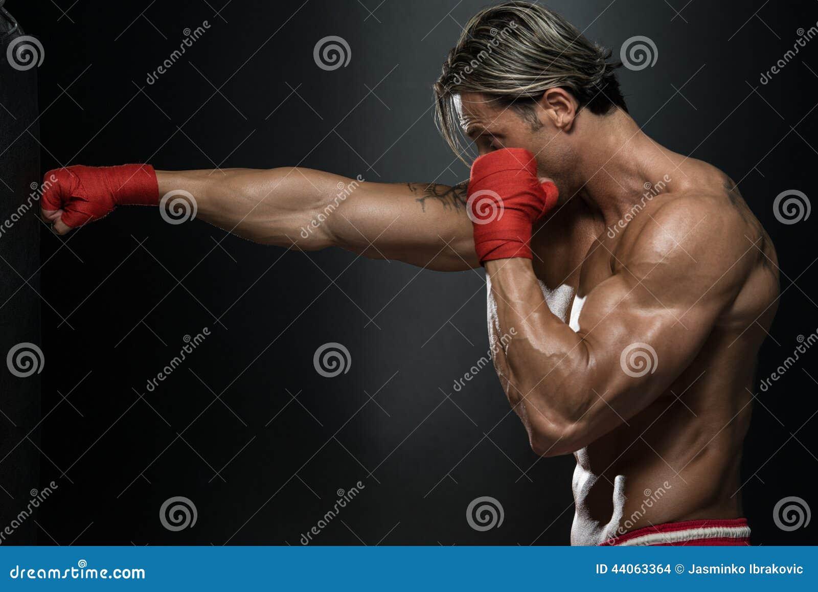 Muttahida- Majlis-E-Amalkämpe som öva med boxningpåsen