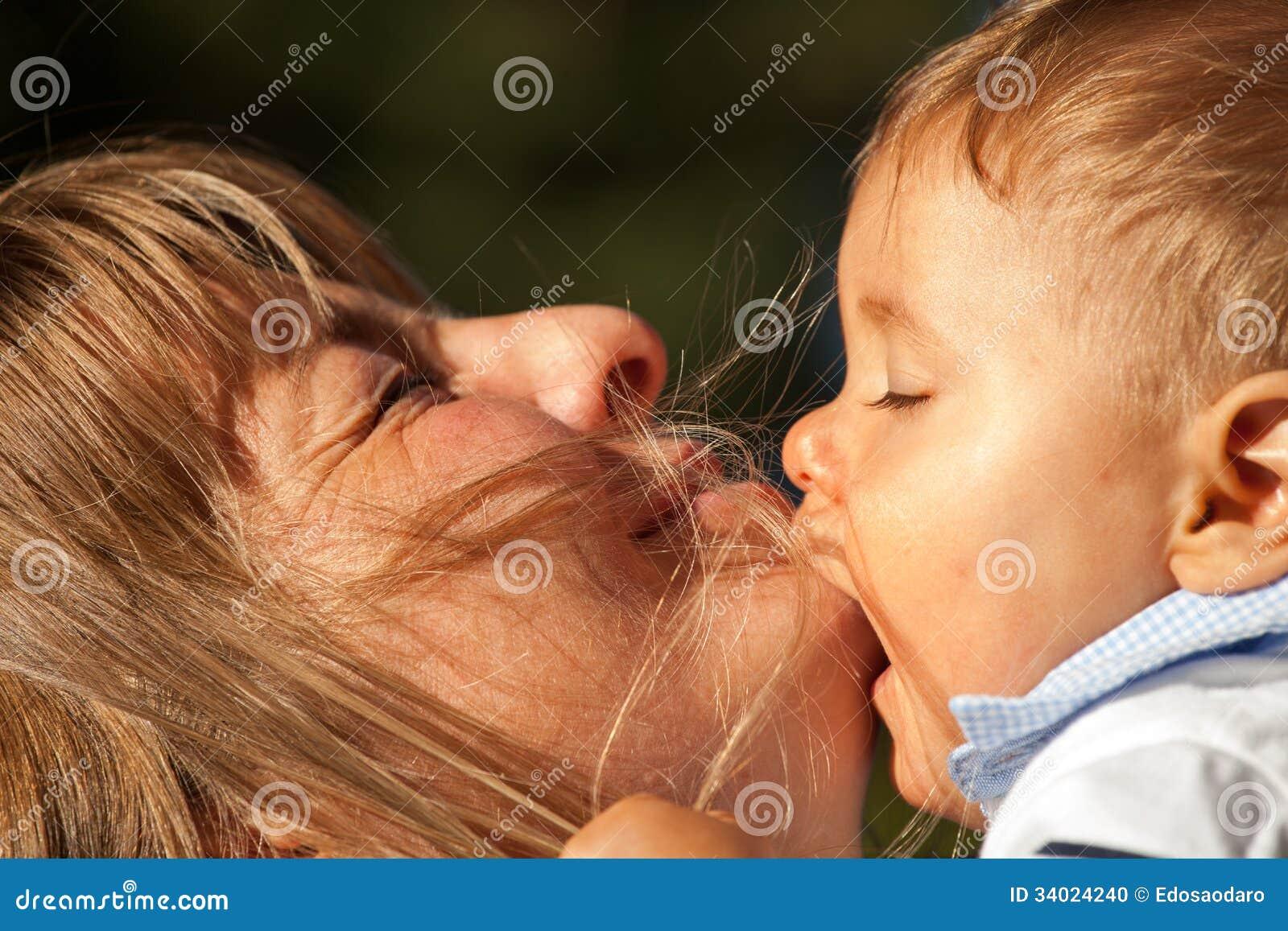 Mutter-Baby-Kuss