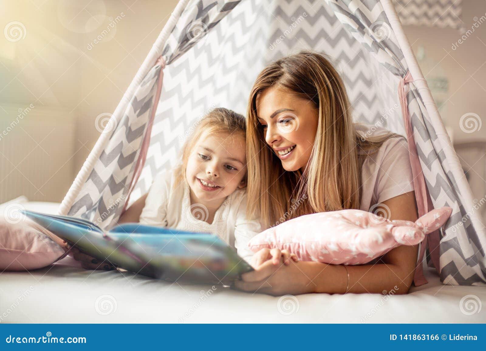 Mutter, Die Eine Geschichte Zu Ihrer Tochter Liest