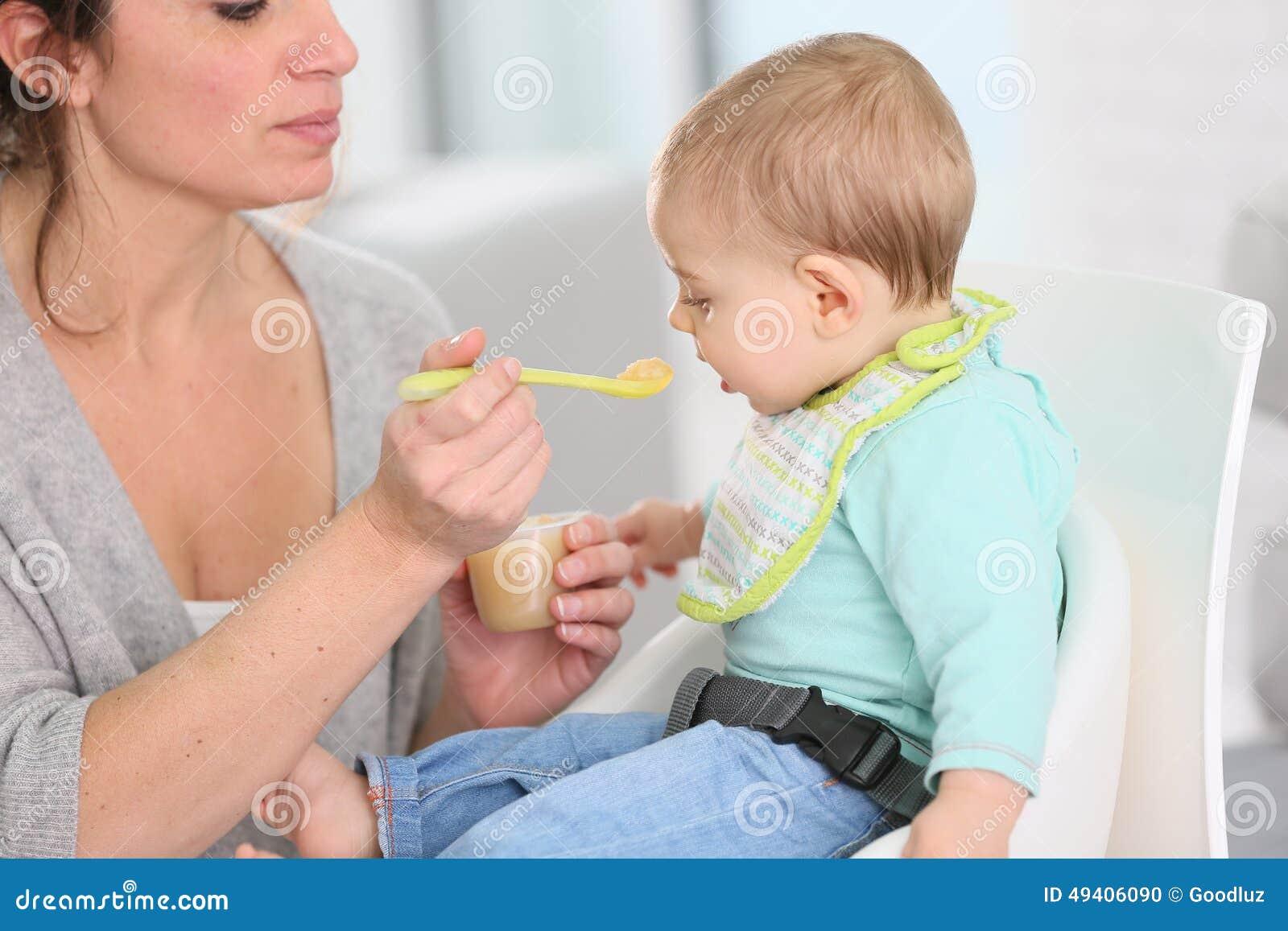 Download Mutter, Die Ihr Kind Mit Gedämpften Früchten Einzieht Stockfoto - Bild von nachtisch, lebensstil: 49406090