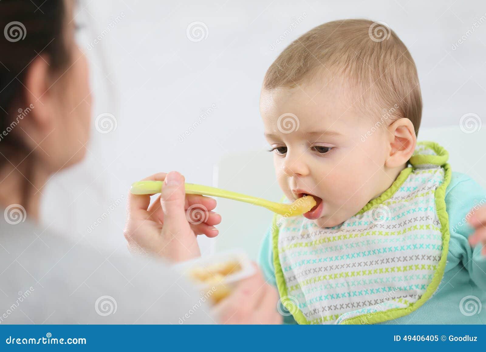 Download Mutter, Die Ihr Kind Mit Gedämpften Früchten Einzieht Stockbild - Bild von führen, frucht: 49406405