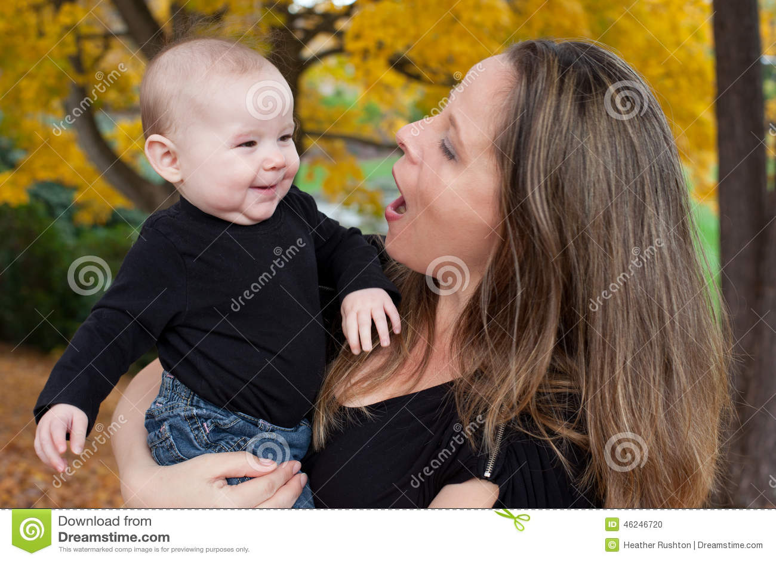 Mutter, die mit Baby spricht