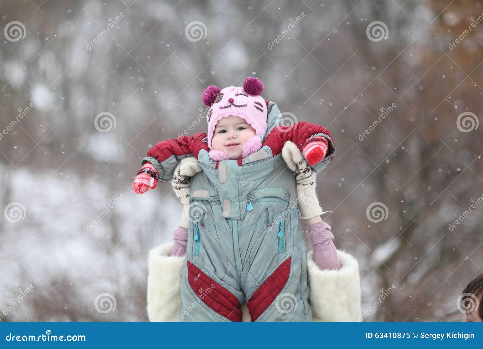 Mutter, die mit ihrem Baby im Wintergarten spielt