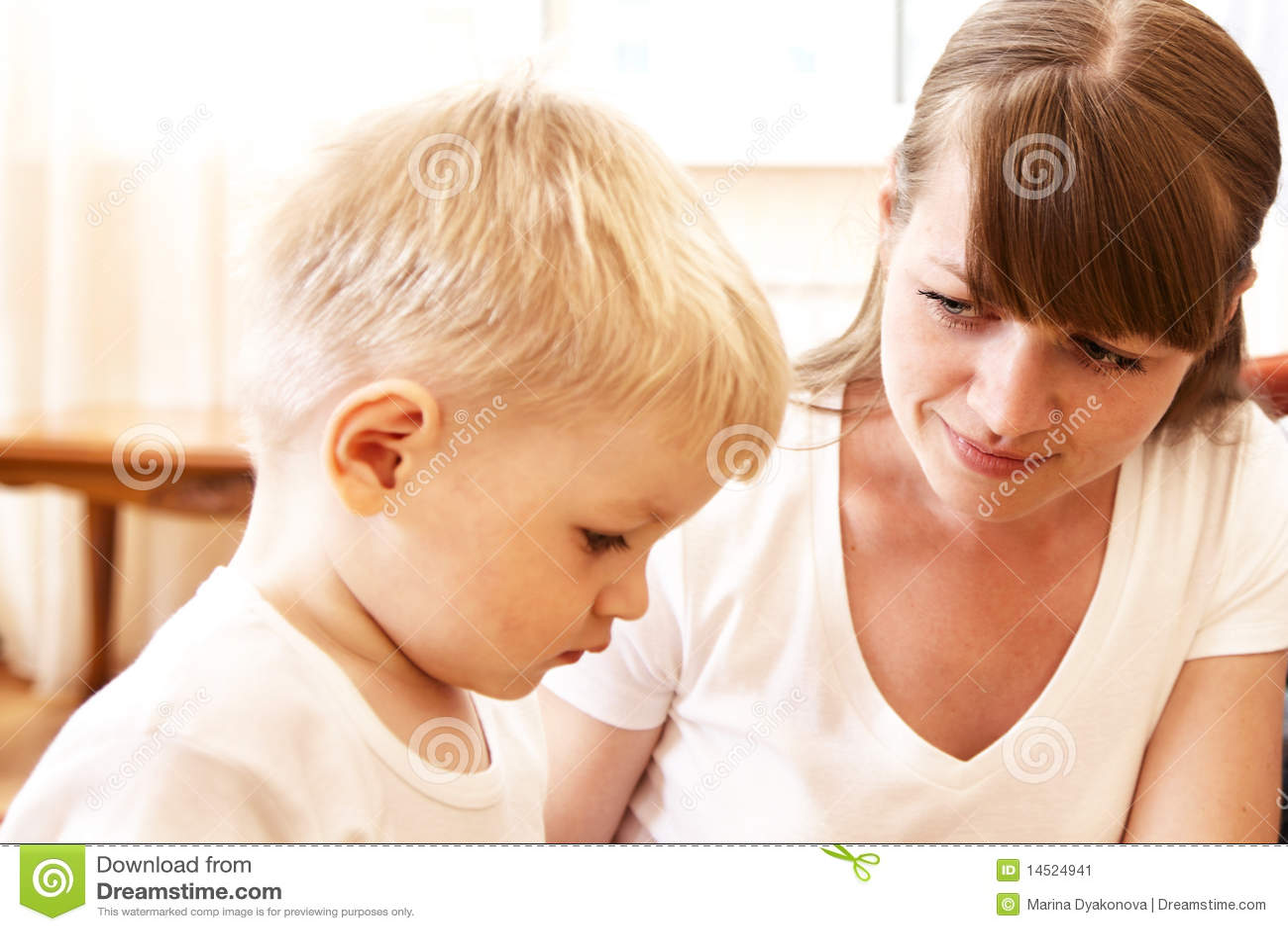 Mutter, die mit ihrem Sohn spricht