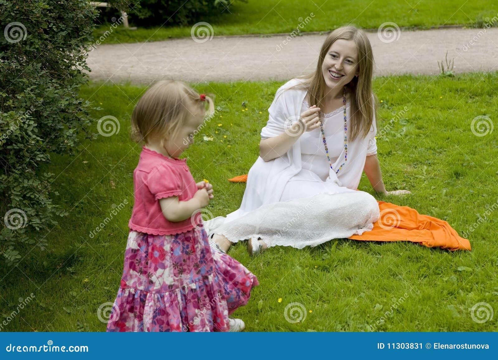Mutter, die mit Kind spielt
