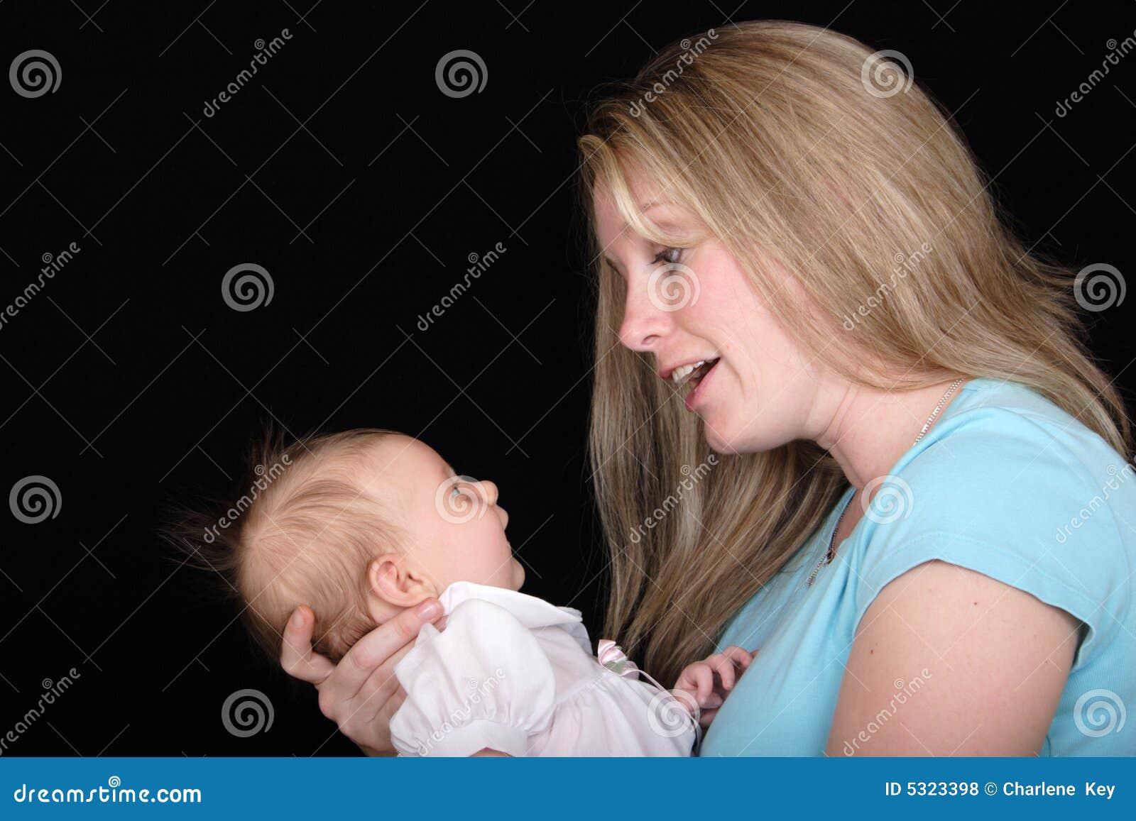 Mutter, die mit Tochter spricht