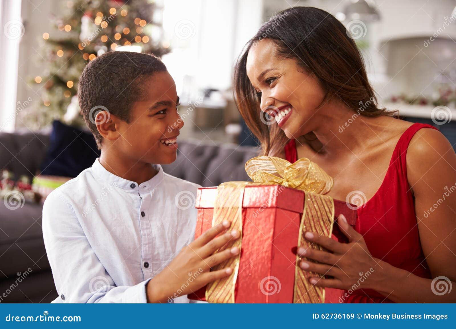 Mutter, Die Zu Hause Dem Sohn Weihnachtsgeschenke Gibt Stockbild ...