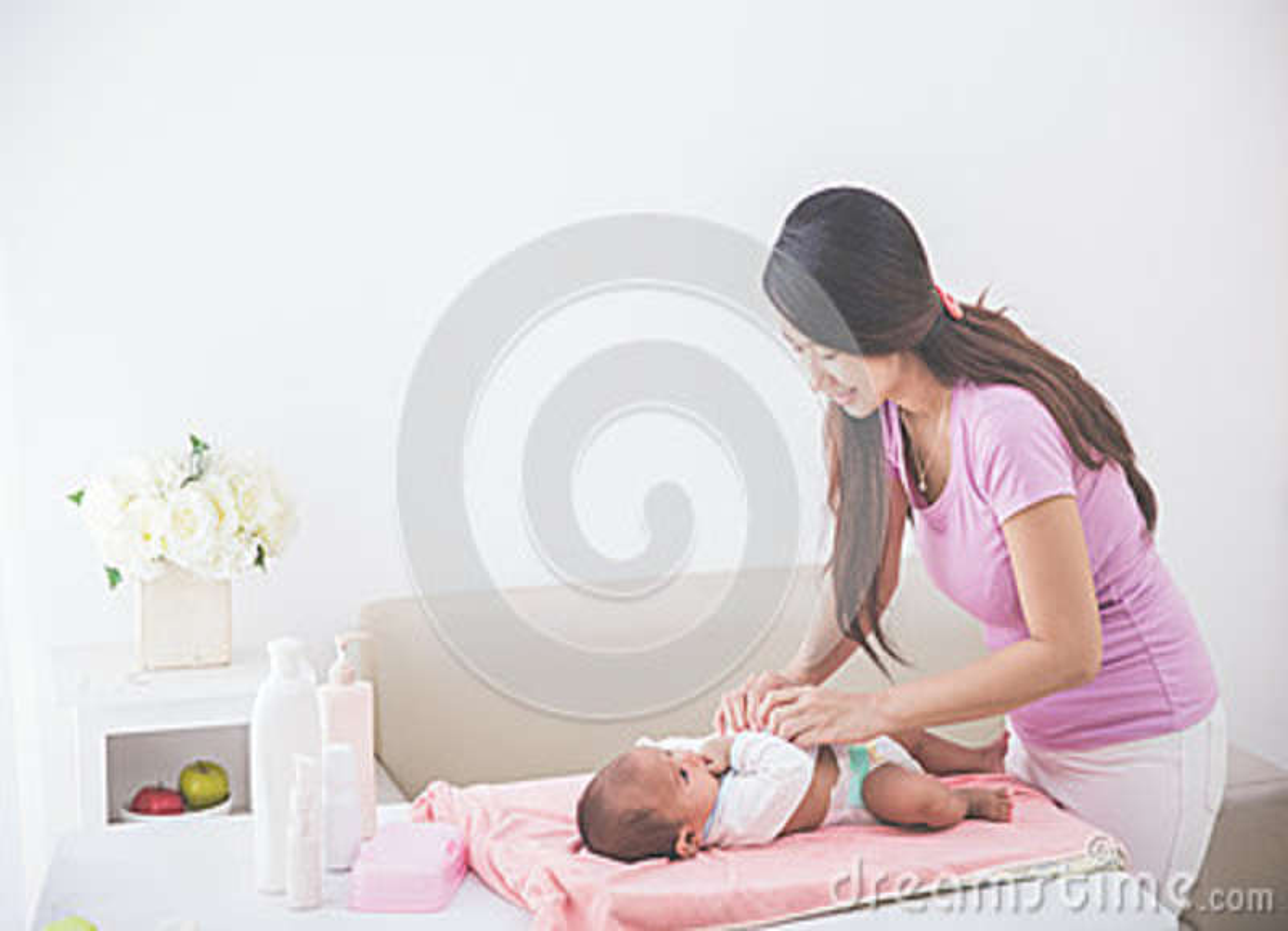Mutter Legte An Etwas Kleidung Ihrem Baby Vor Stockfoto Bild Von