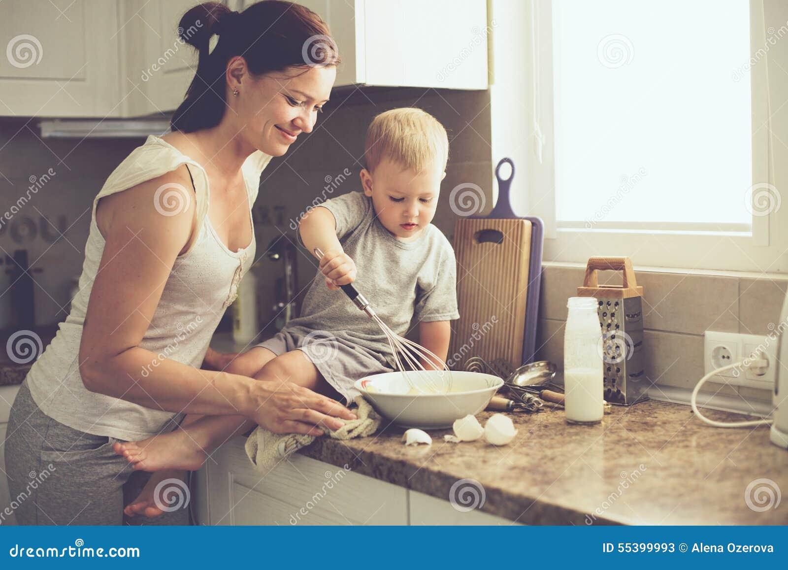 Mutter Mit Dem Kind, Das Zusammen Kocht Stockbild - Bild