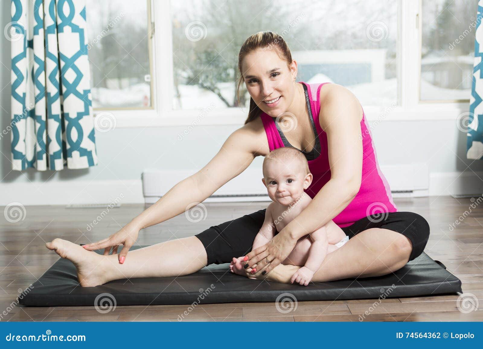 Mutter mit dem Kinderjungen, der Eignungsübungen tut