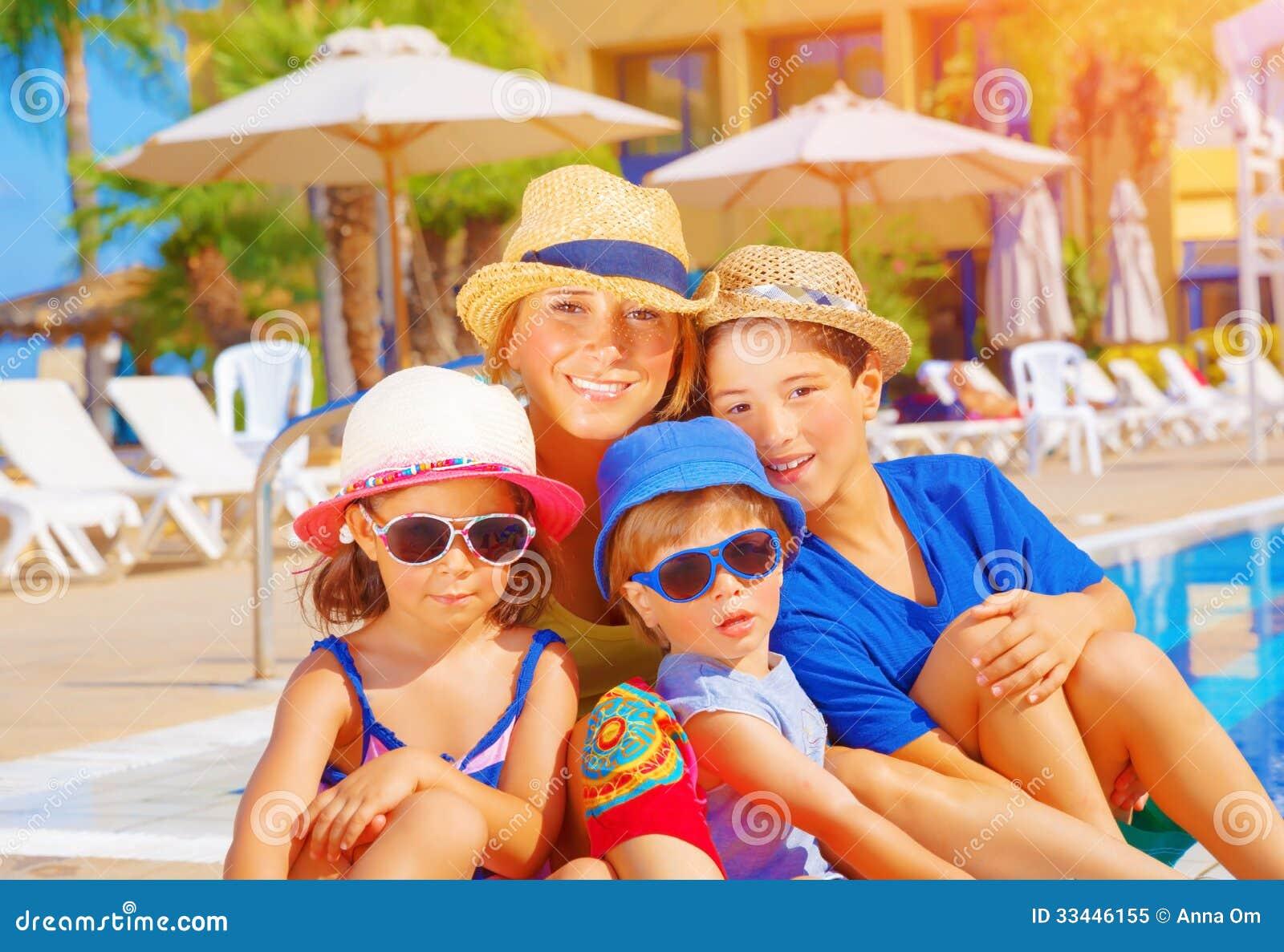 Mutter mit Kindern auf Strandurlaubsort