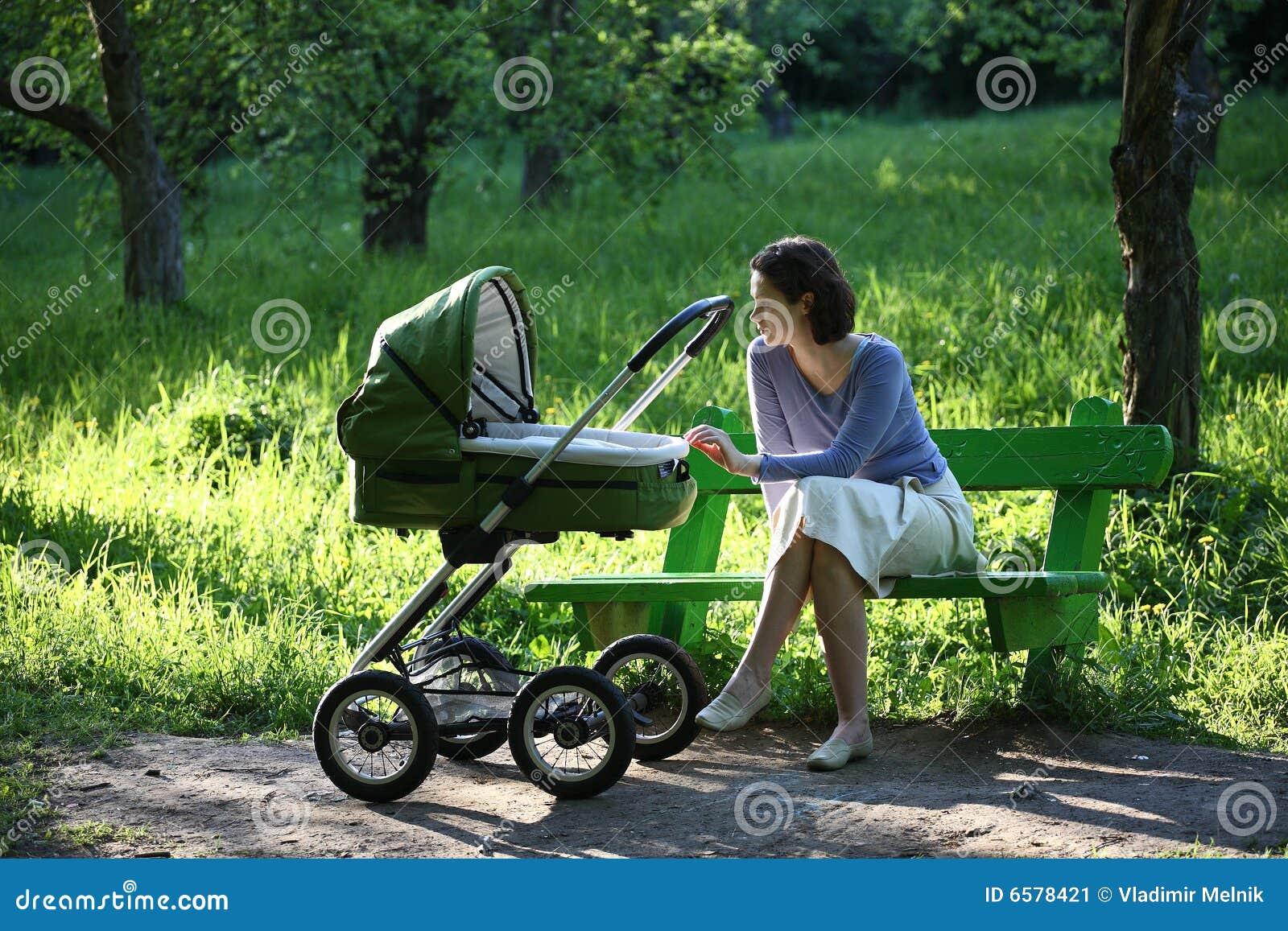 Mutter Mit Kinderwagen Stockbild Bild Von Dame