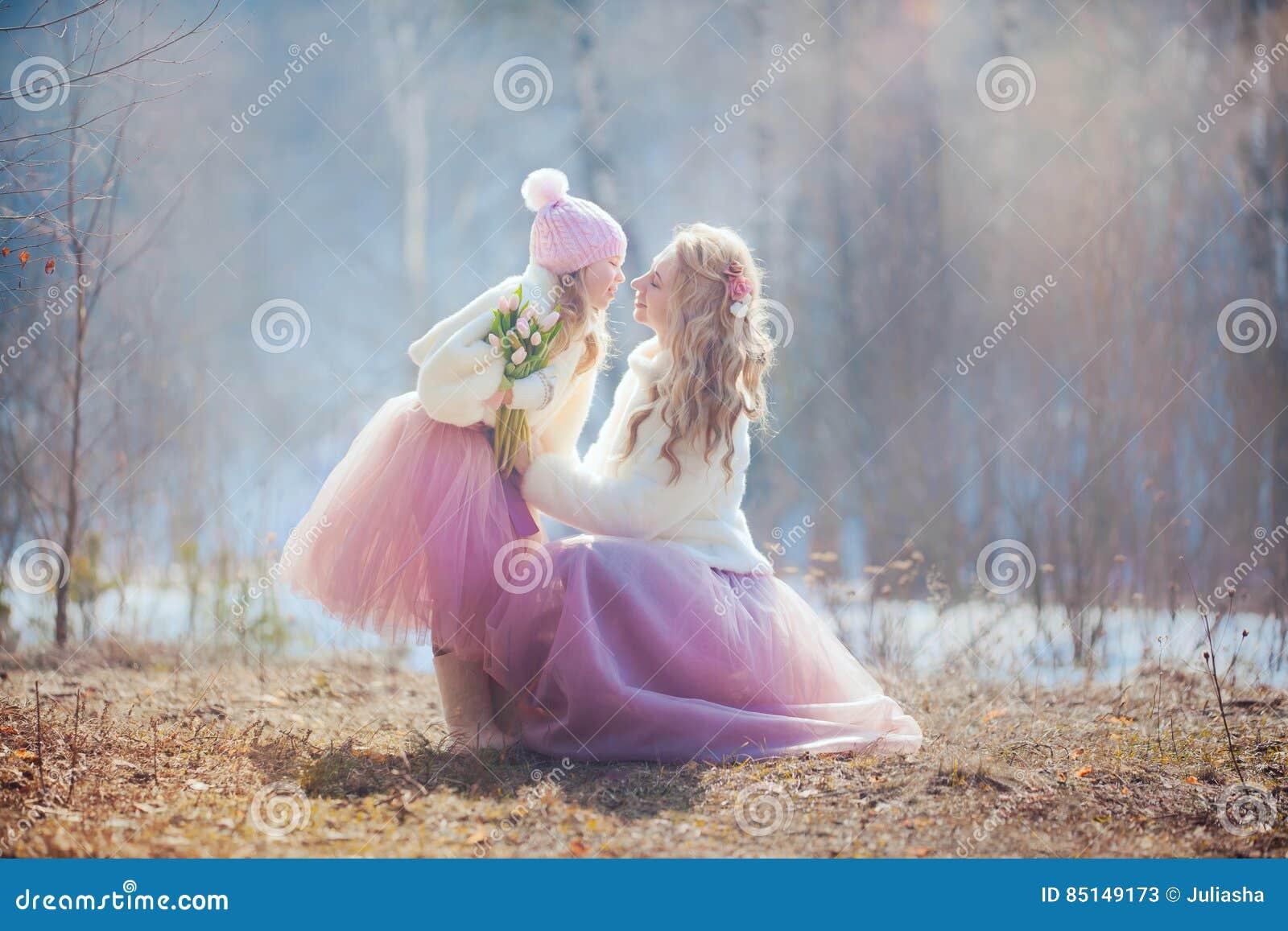 Mutter mit Park der Tochter im Frühjahr
