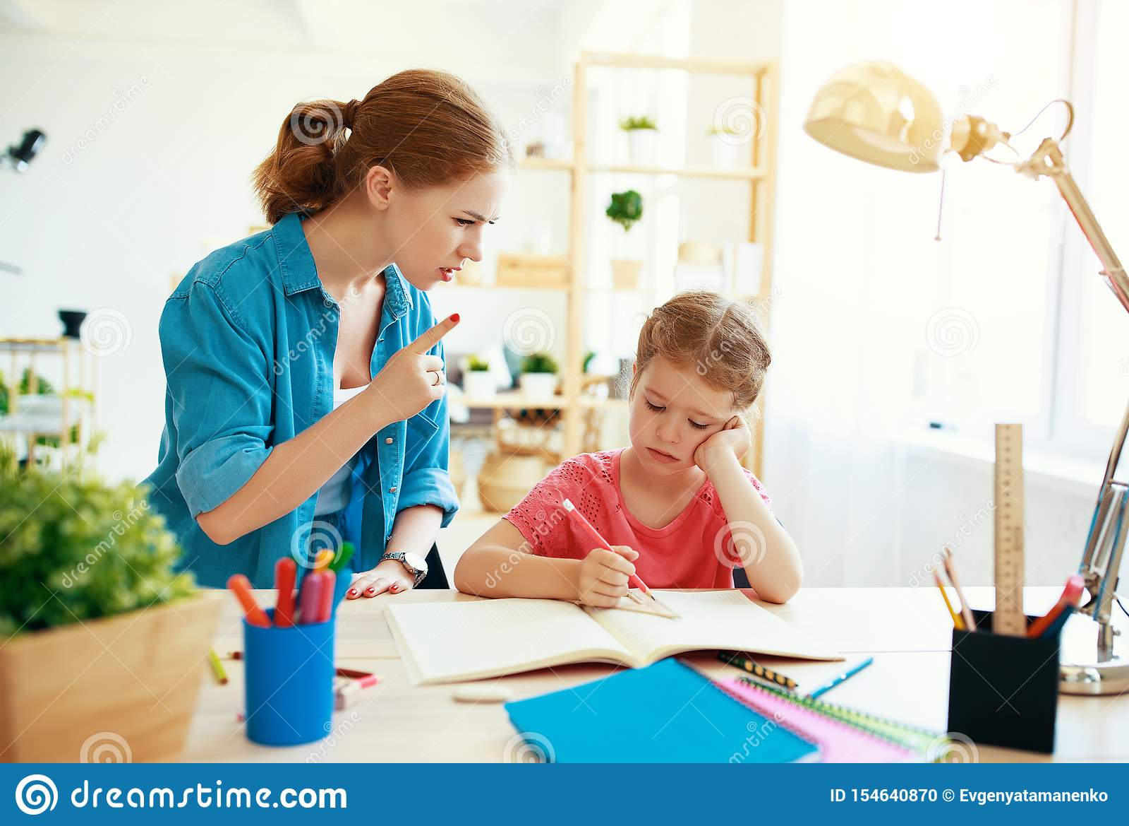 Mutter schilt ein Kind f?r die Armeschulung und -hausarbeit