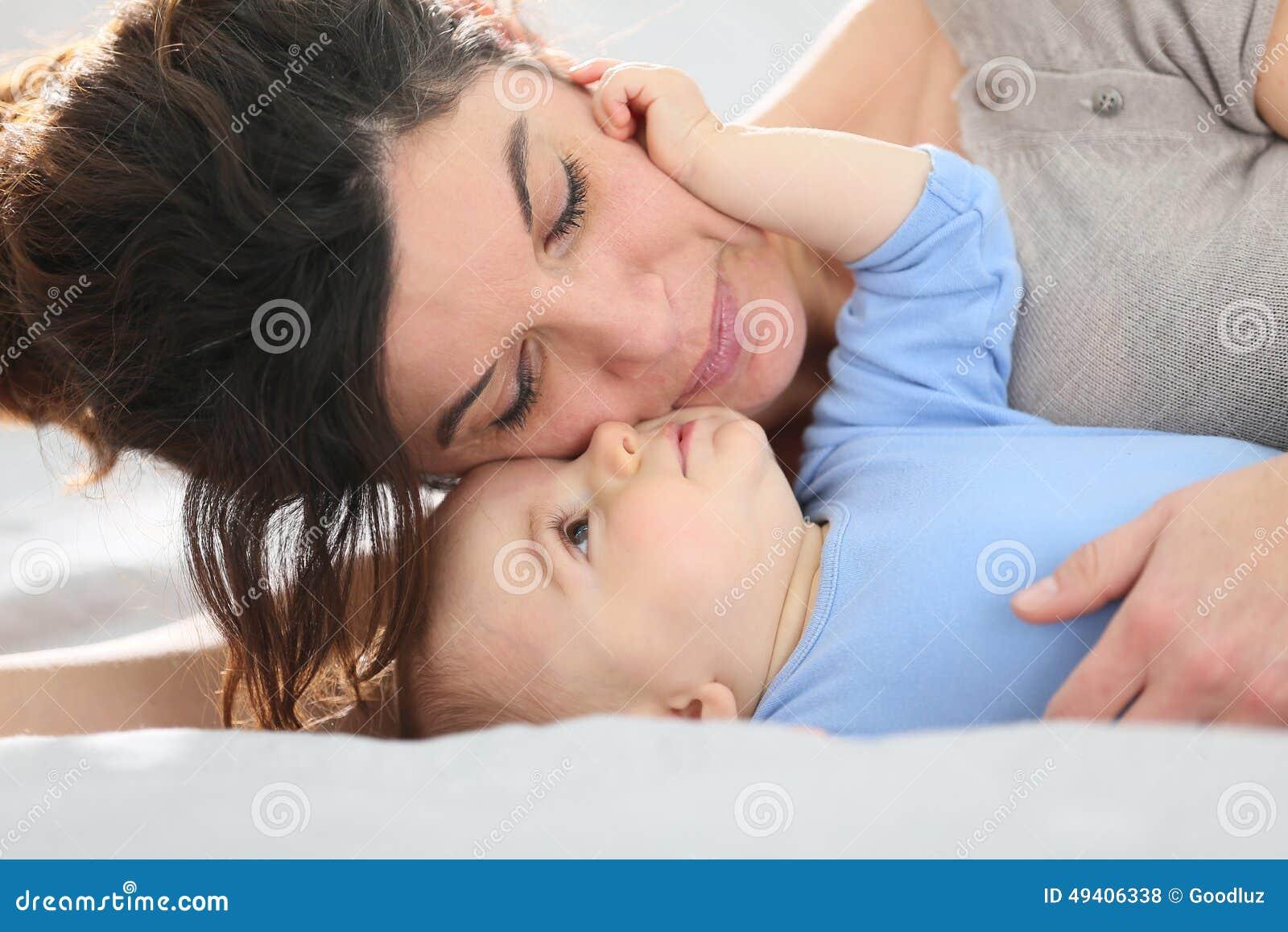 Download Mutter Und Ein Streichelndes Baby Stockfoto - Bild von lustig, junge: 49406338