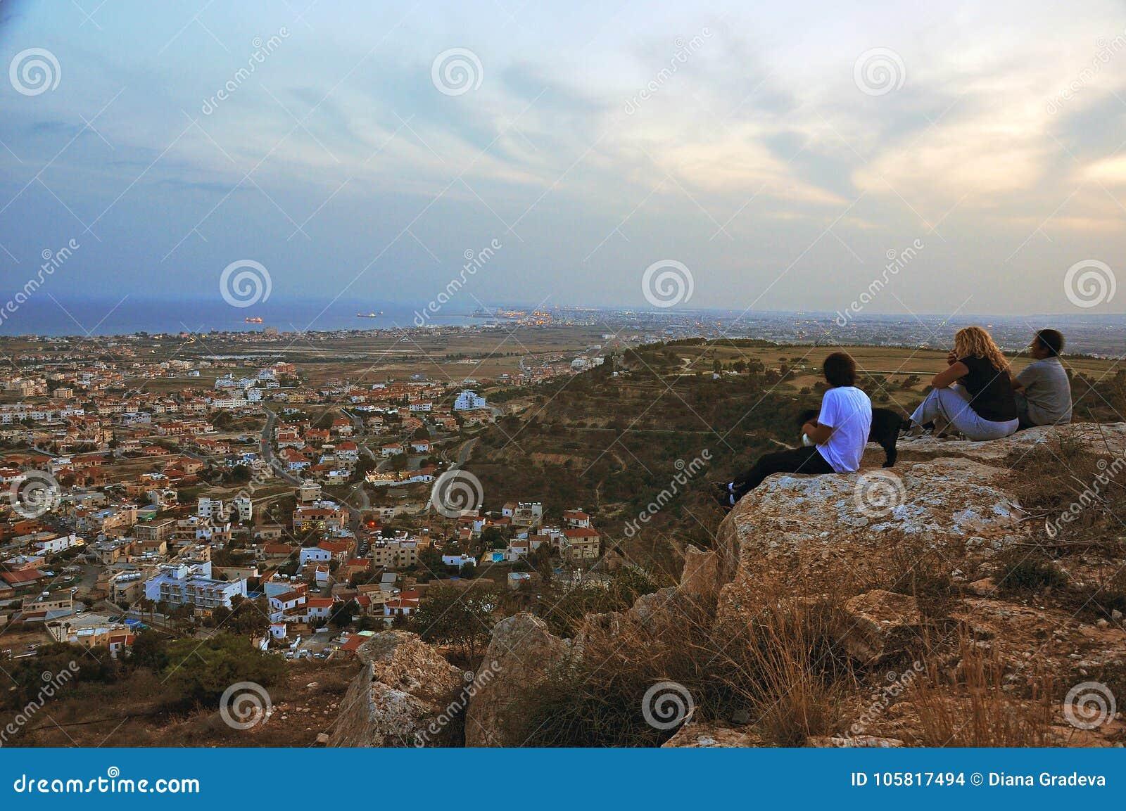 Mutter und ihre Kinder auf dem Hügel