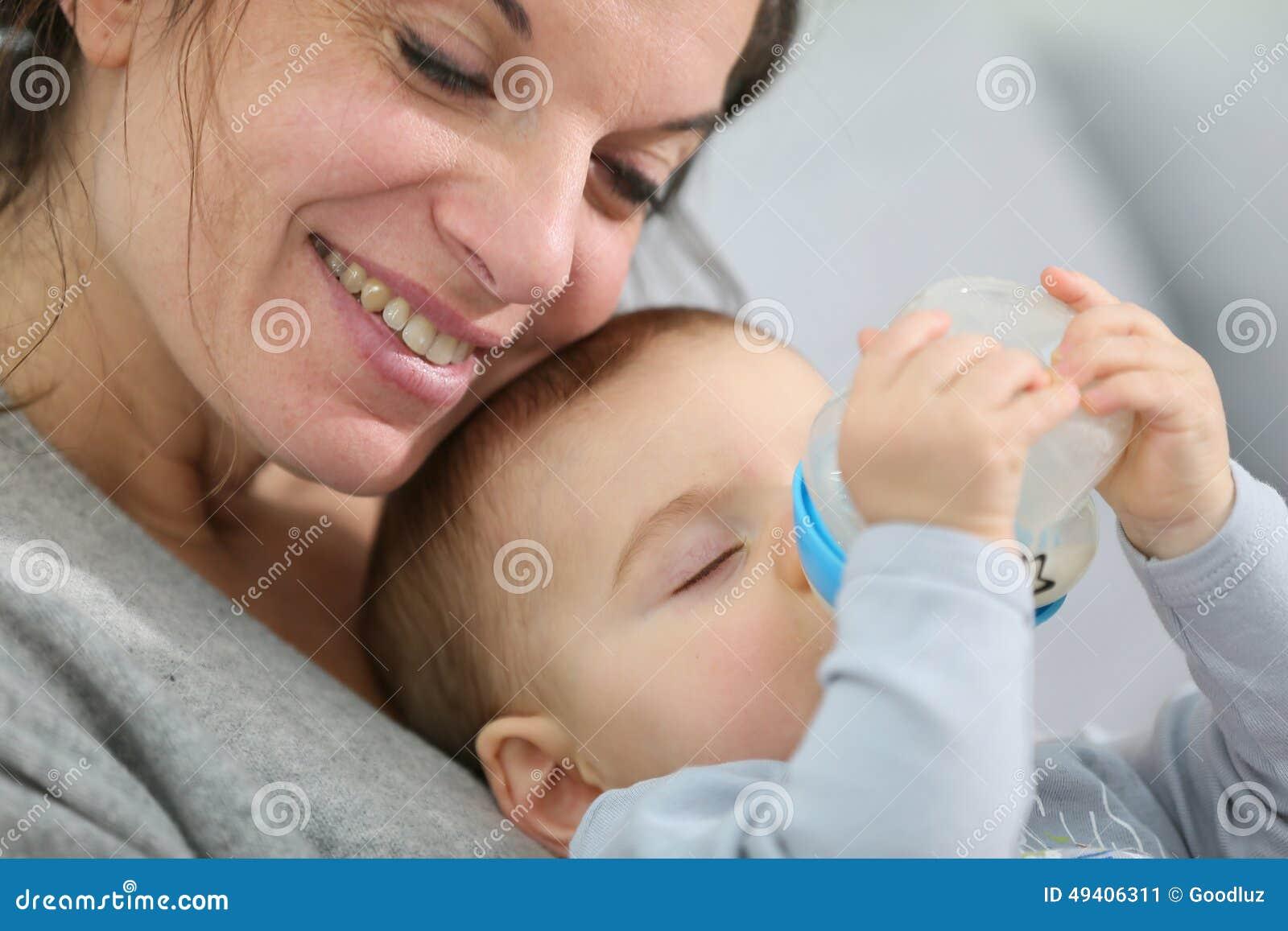 Download Mutter Und Ihre Trinkmilch Des Babys Stockbild - Bild von nett, nahrung: 49406311