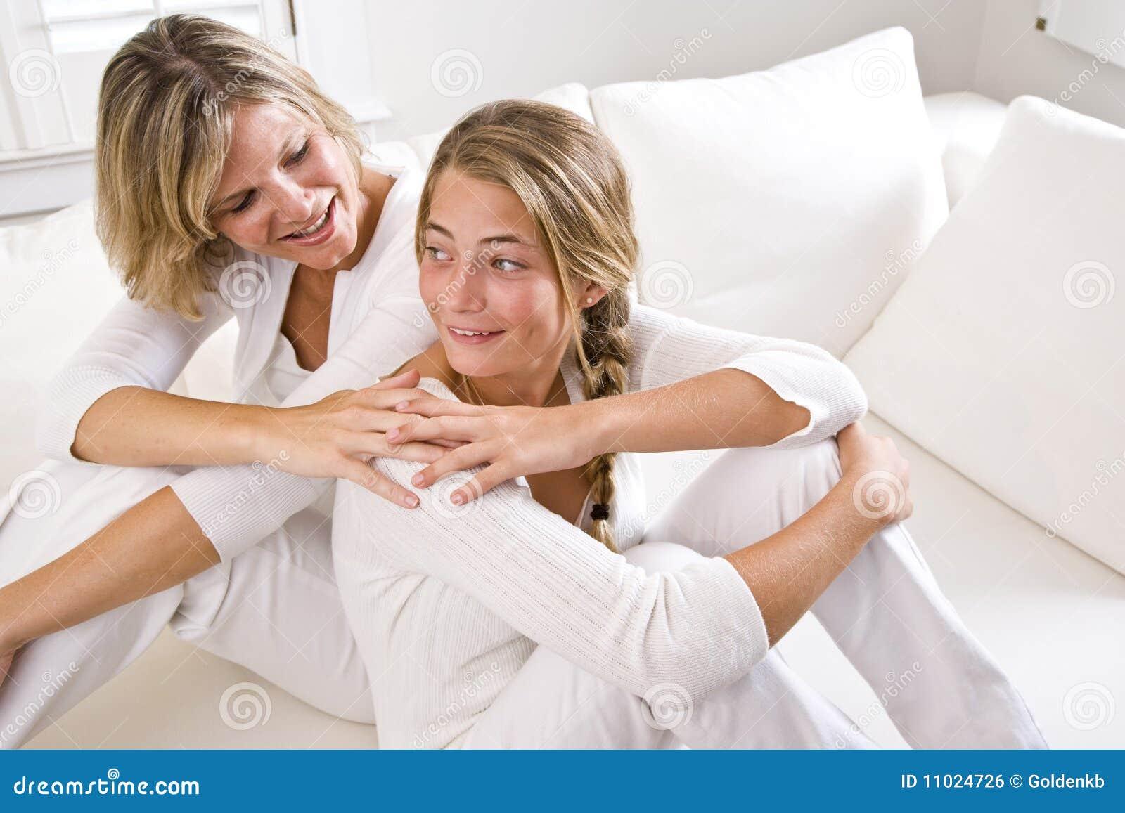 Mutter und jugendliche Tochter, die sich zu Hause entspannen
