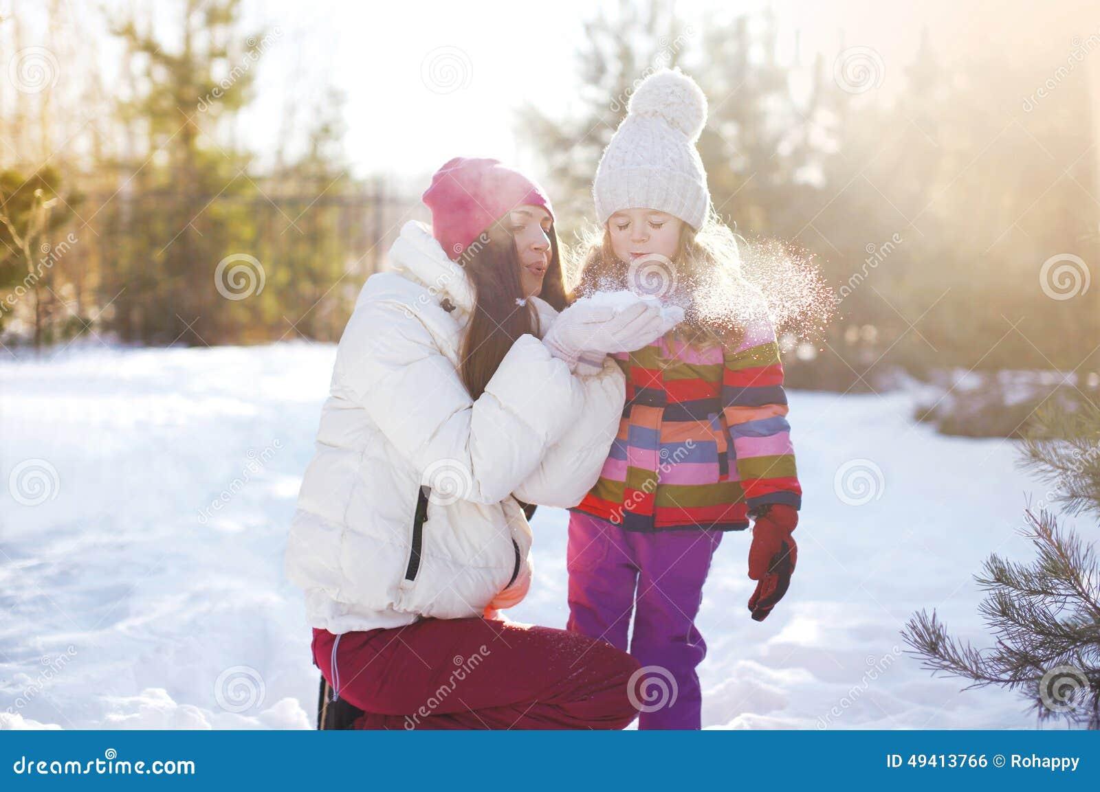 Download Mutter Und Kind, Die Spaß Im Sonnigen Winter Haben Stockfoto - Bild von haben, mutter: 49413766