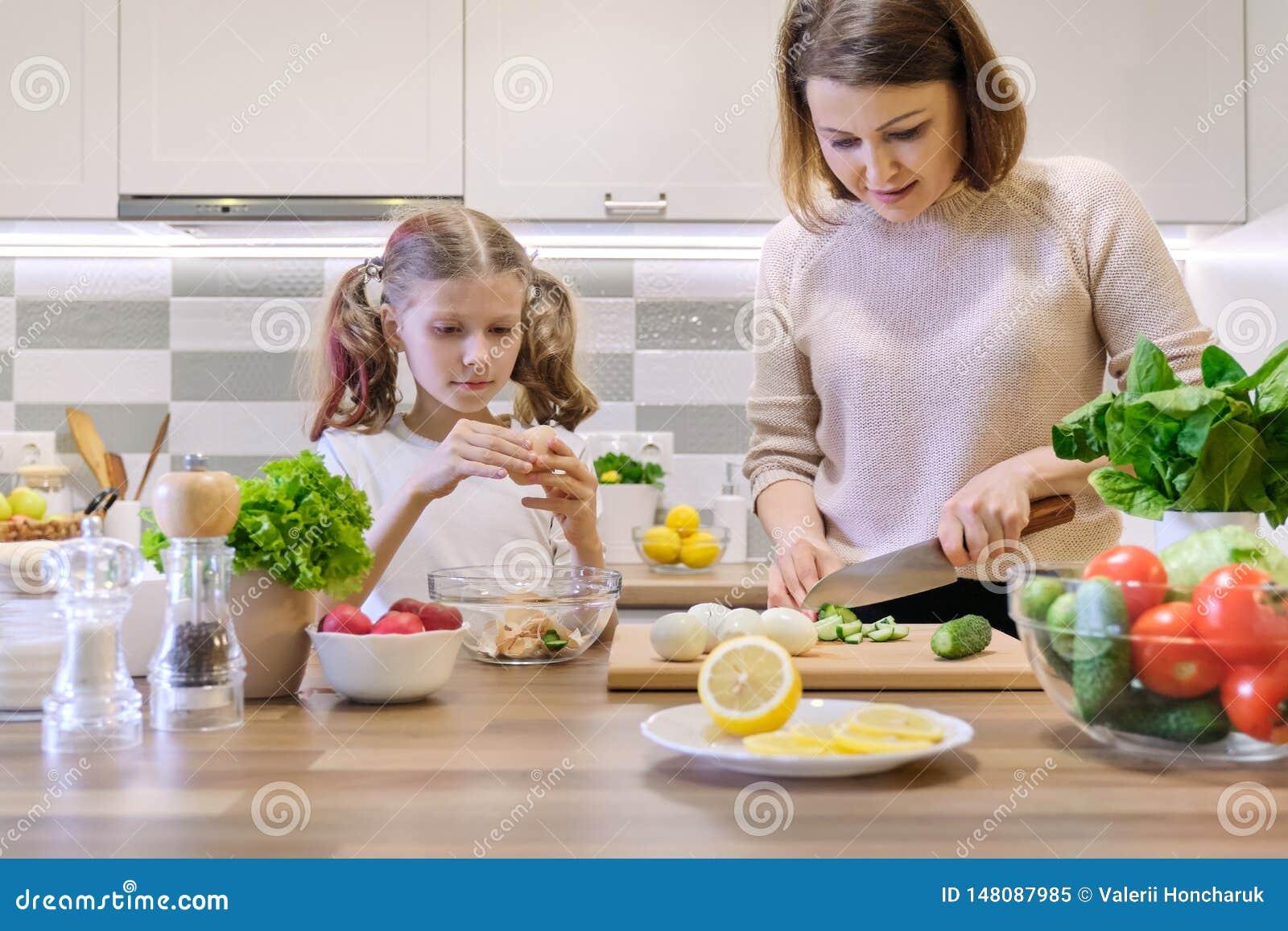 Mutter und Kind, die zusammen zu Hause in der K?che kochen Gesunde Ern?hrung, Mutter unterrichtet Tochter zu kochen, Elternteilki