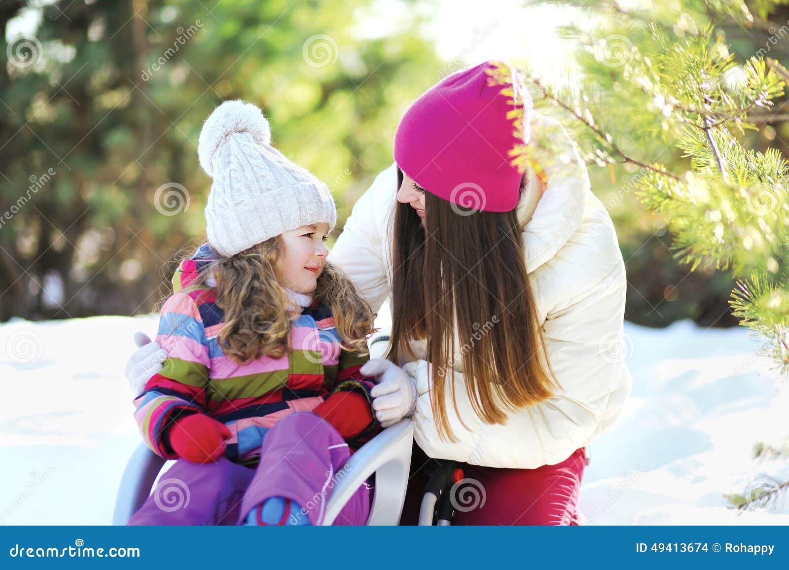 Download Mutter Und Kind Im Schlitten, Der Spaß, Sonnigen Winter Hat Stockfoto - Bild von glücklich, park: 49413674