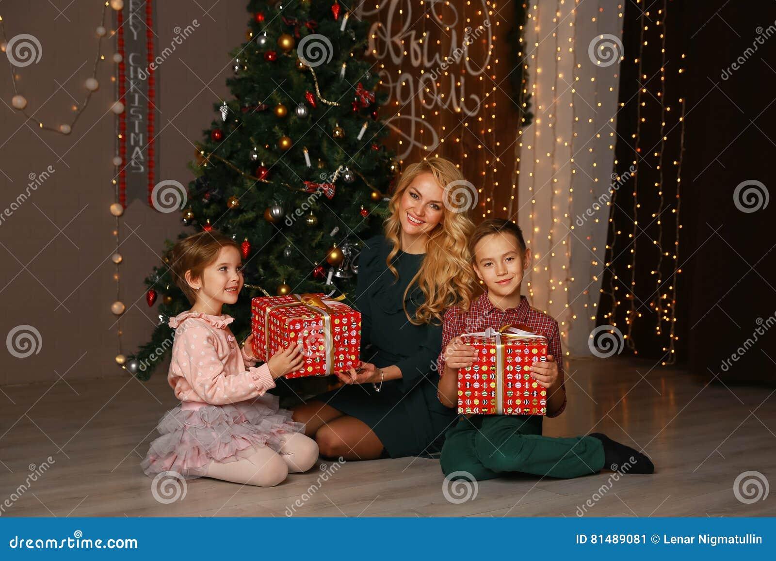 Mutter Und Kinder, Die Weihnachtsgeschenke Austauschen Und öffnen ...