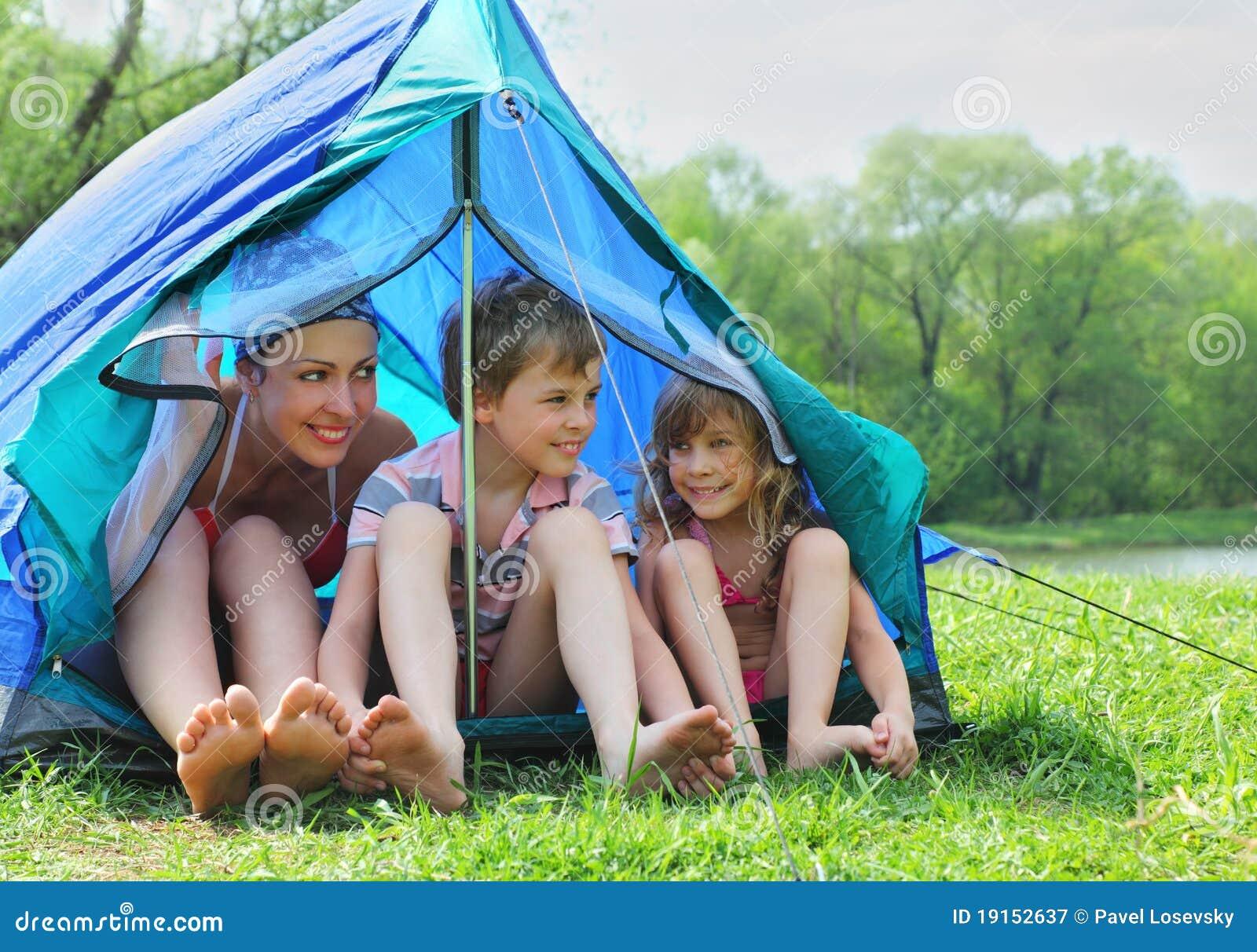 Zelt Im Koffer : Mutter und kinder im badeanzug sitzen zelt stockbild