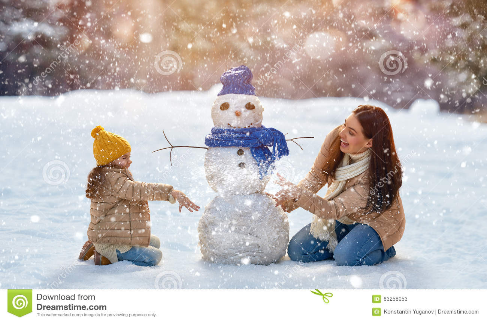 Mutter- und Kindermädchen auf einem Winter gehen in Natur
