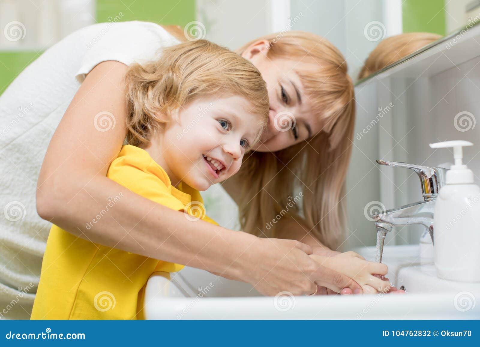 Mutter- Und Kindersohn, Der Ihre Hände Im Badezimmer Wäscht Sorgfalt ...