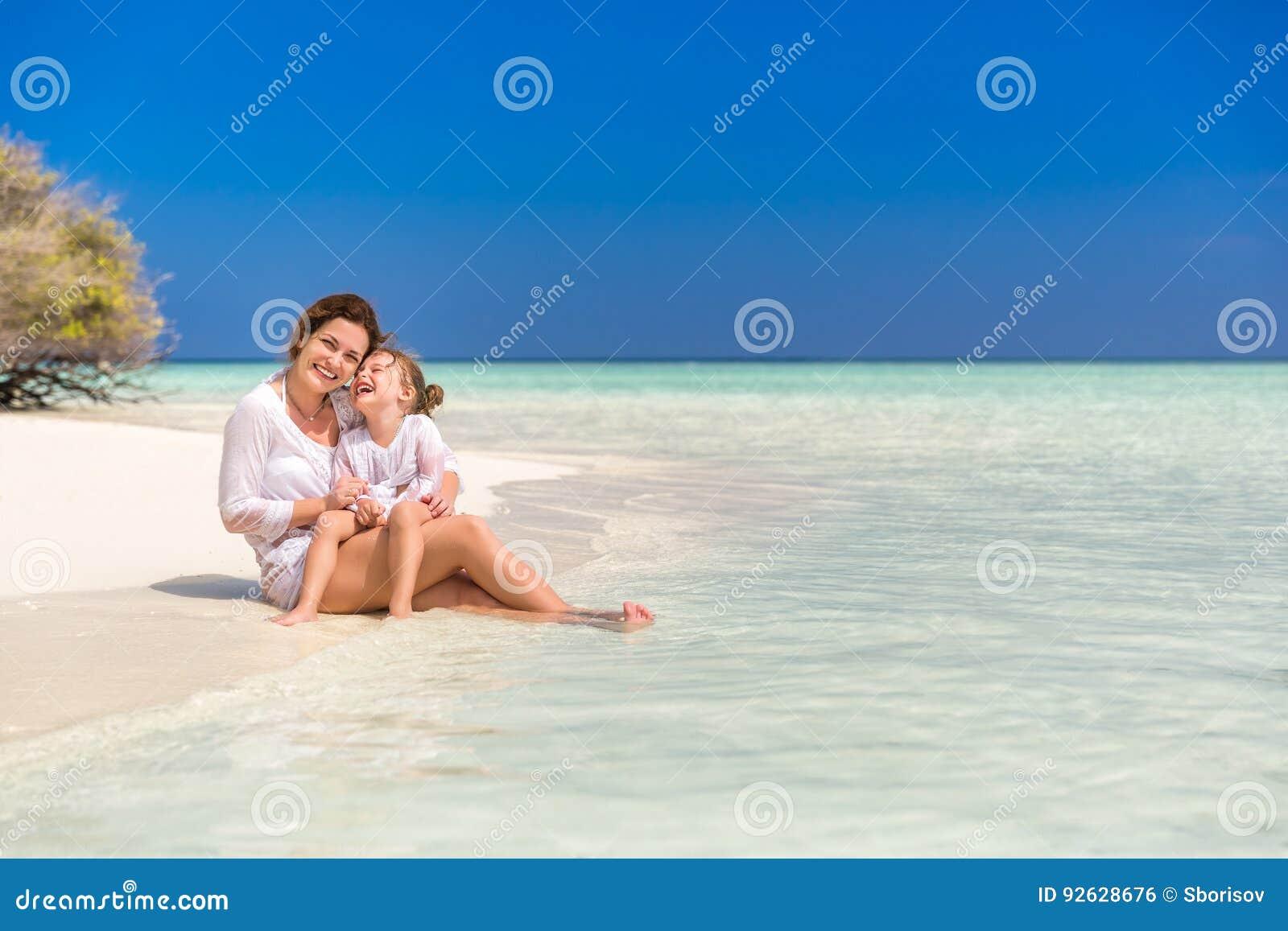 Mutter und kleine Tochter auf dem Strand
