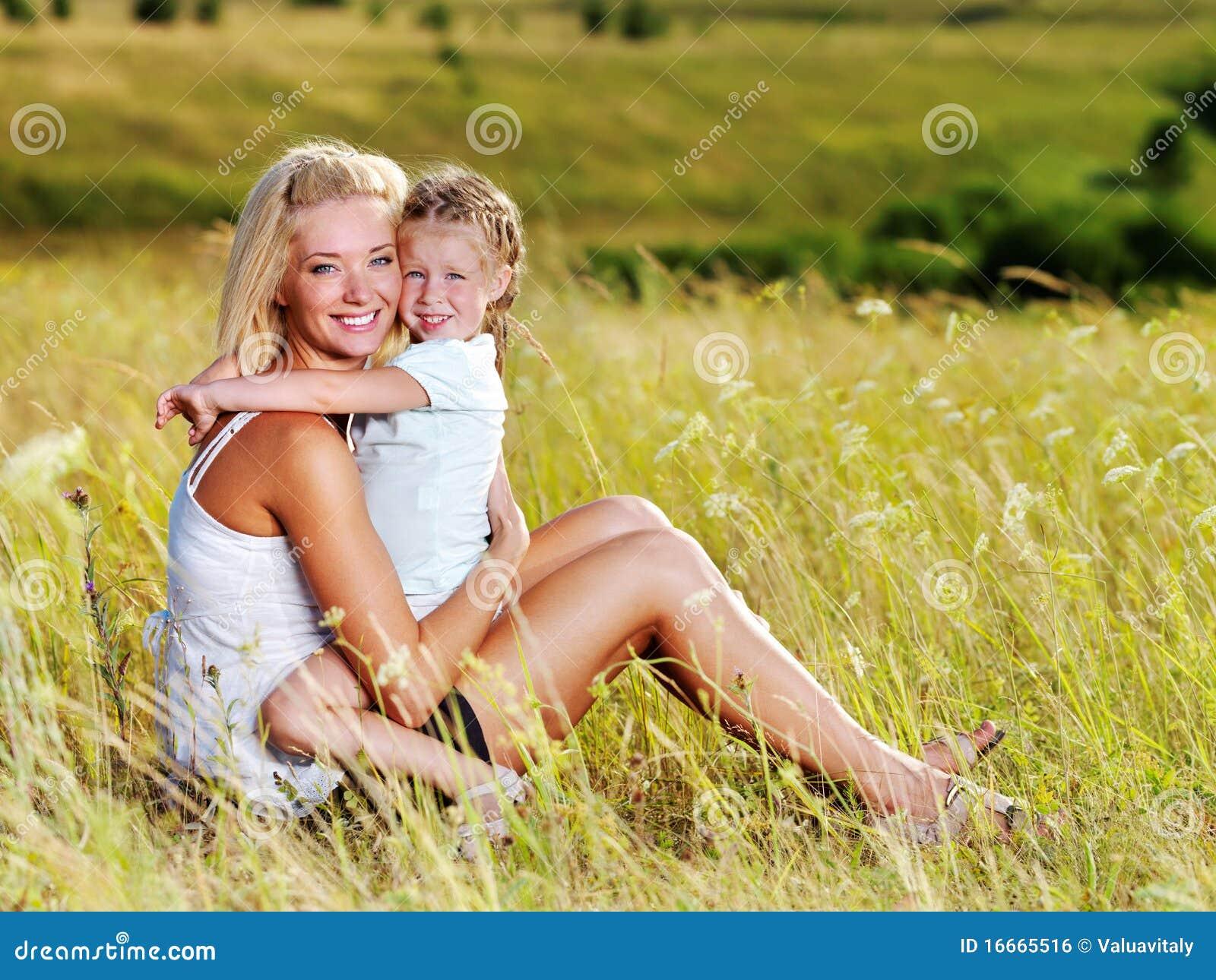 Mutter und kleine Tochter auf Wiese