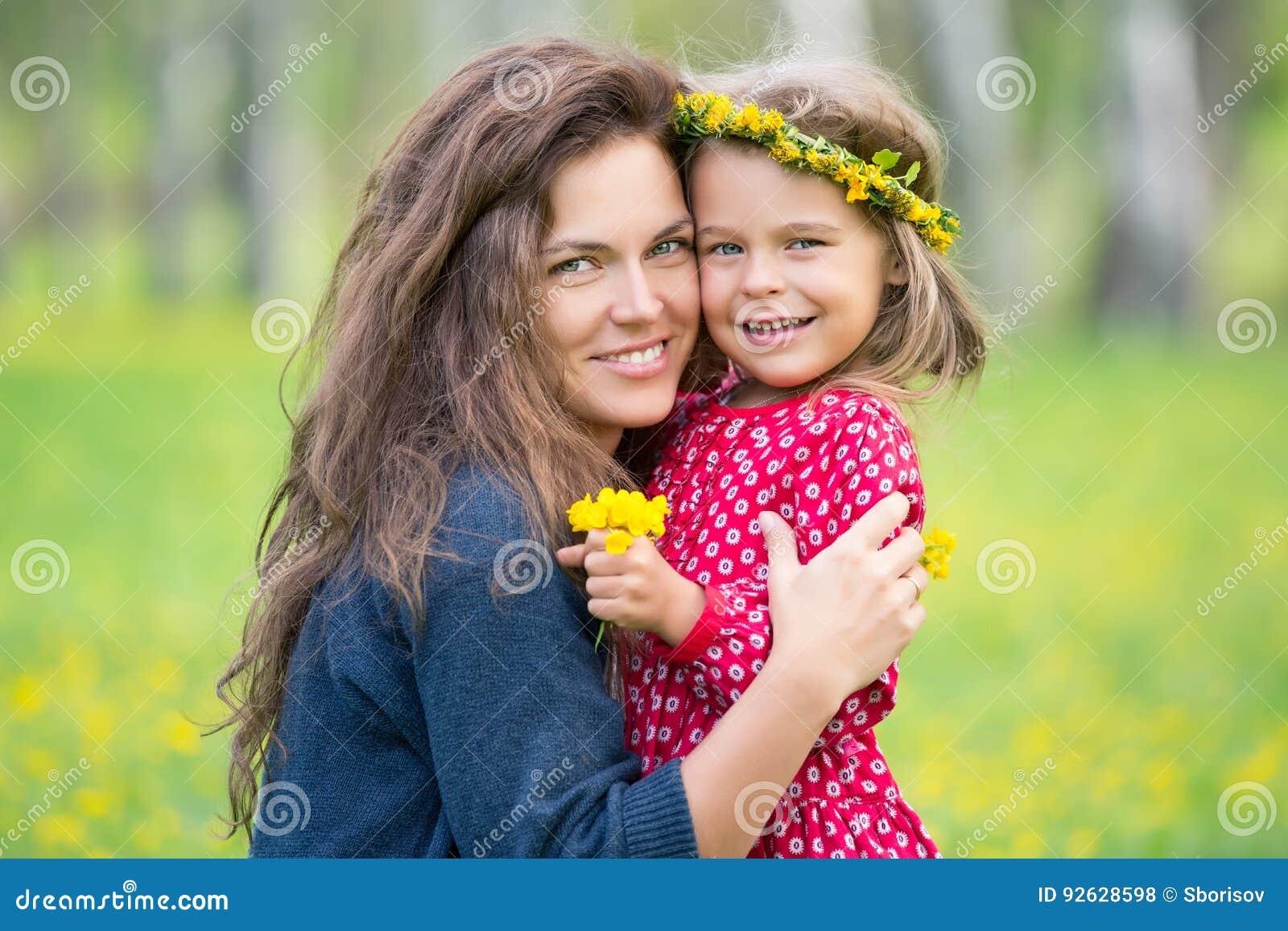 Mutter und kleiner Park der Tochter im Frühjahr