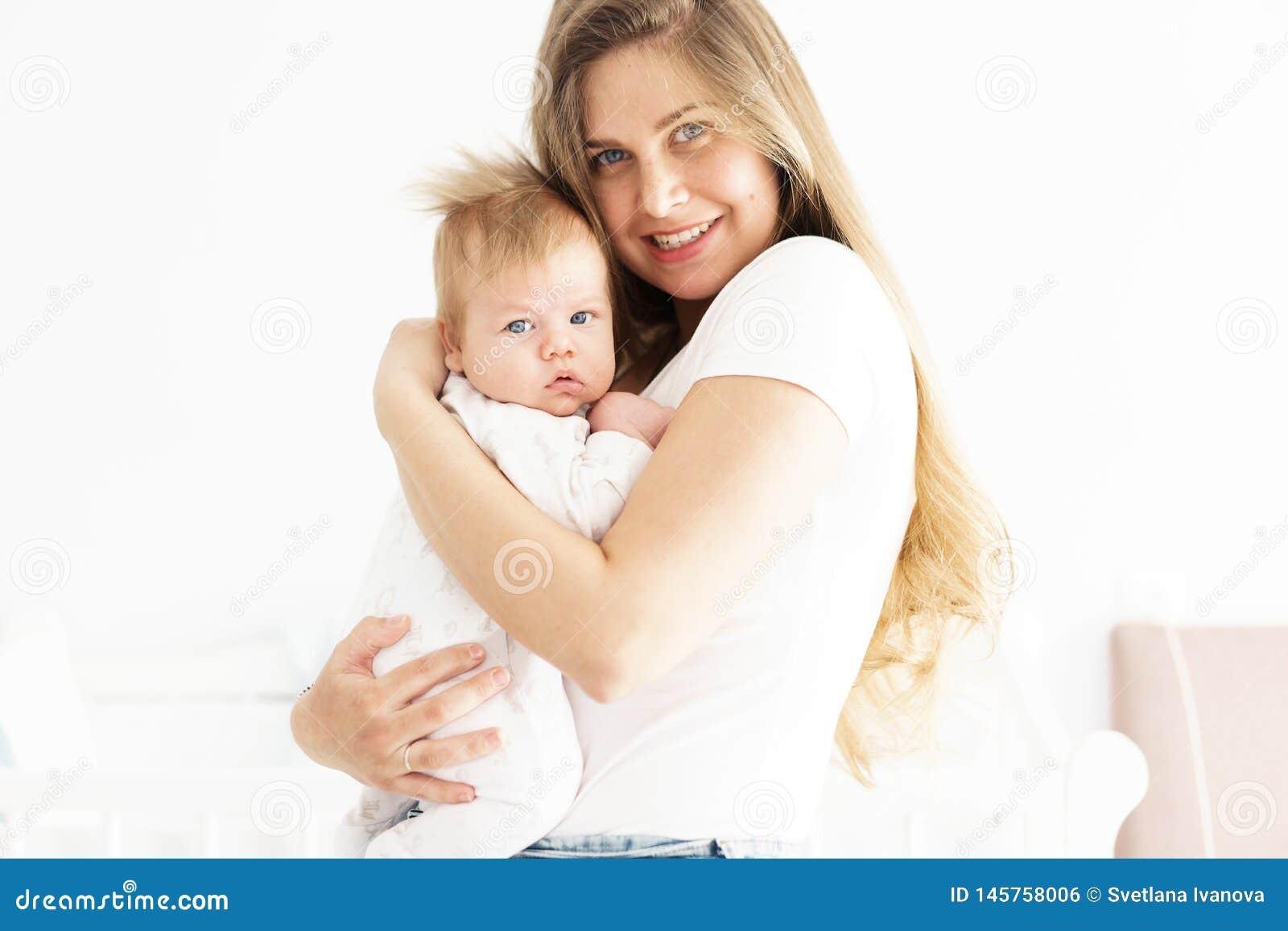Mutter und neugeborener Sohn in ihren Armen das Konzept der neuen Lebensdauer