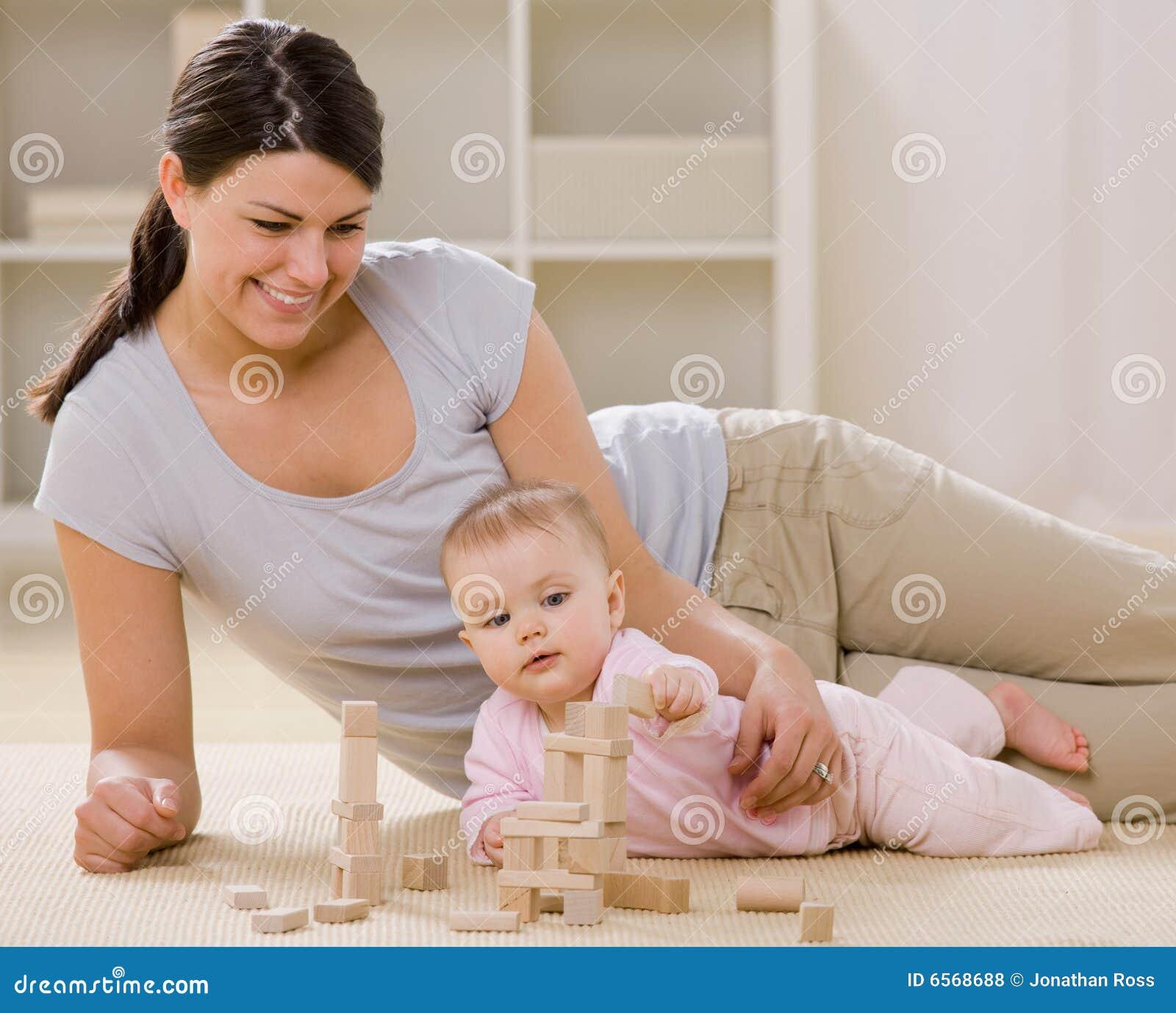 Mutter und Schätzchen, die mit hölzernen Blöcken spielen