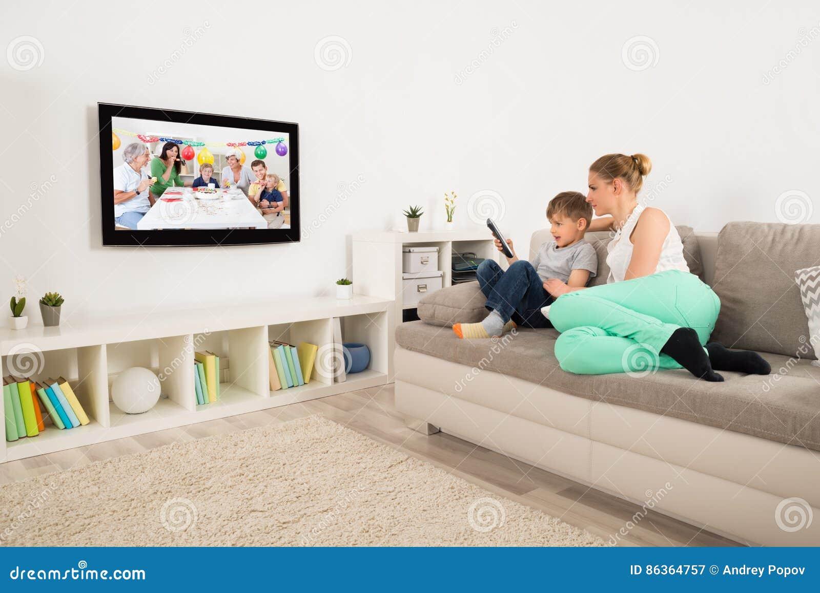 mutter und sohn aufpassendes fernsehen zu hause stockbild bild 86364757. Black Bedroom Furniture Sets. Home Design Ideas
