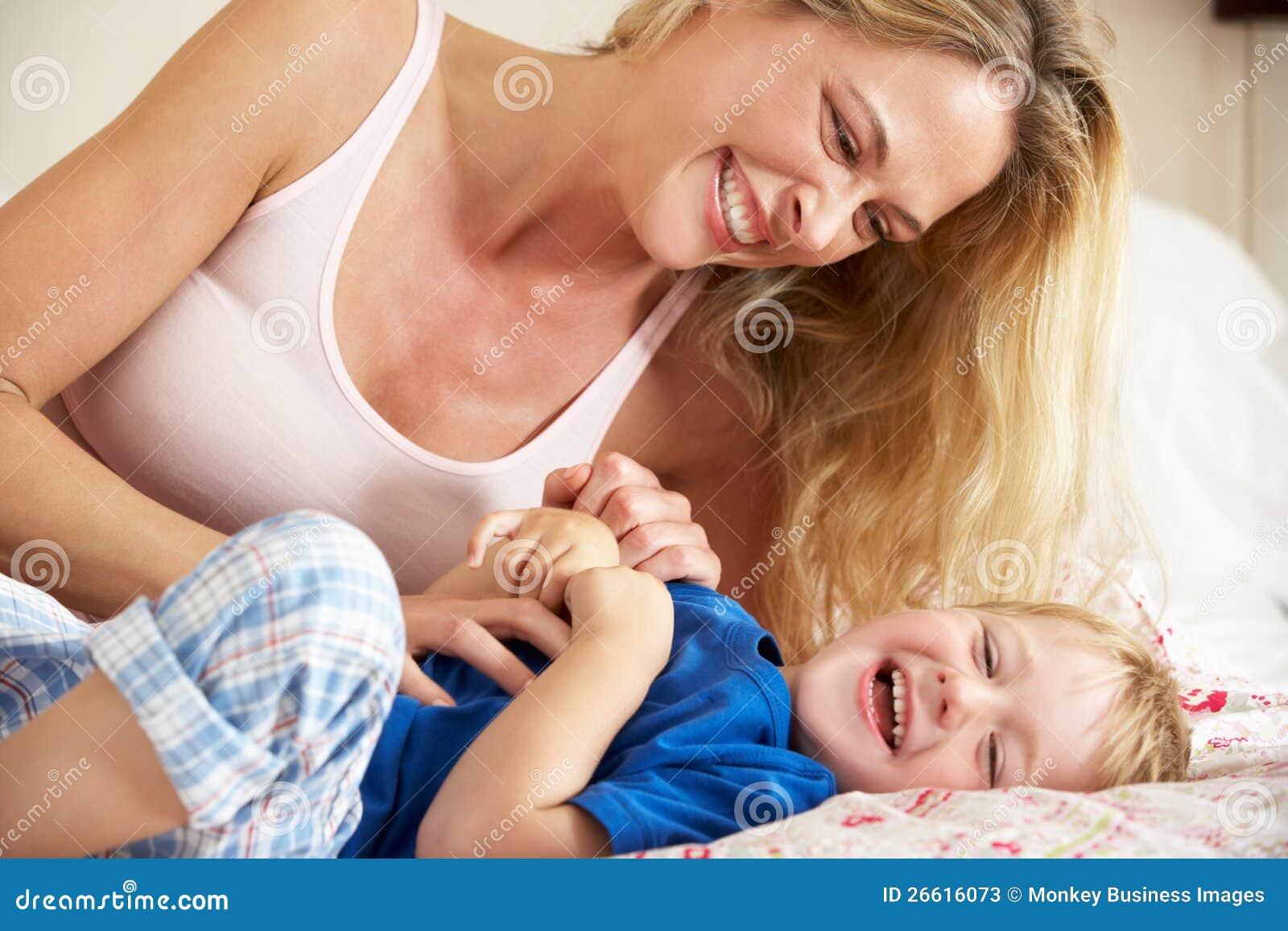 Indische Mutter und Sohn im Bett