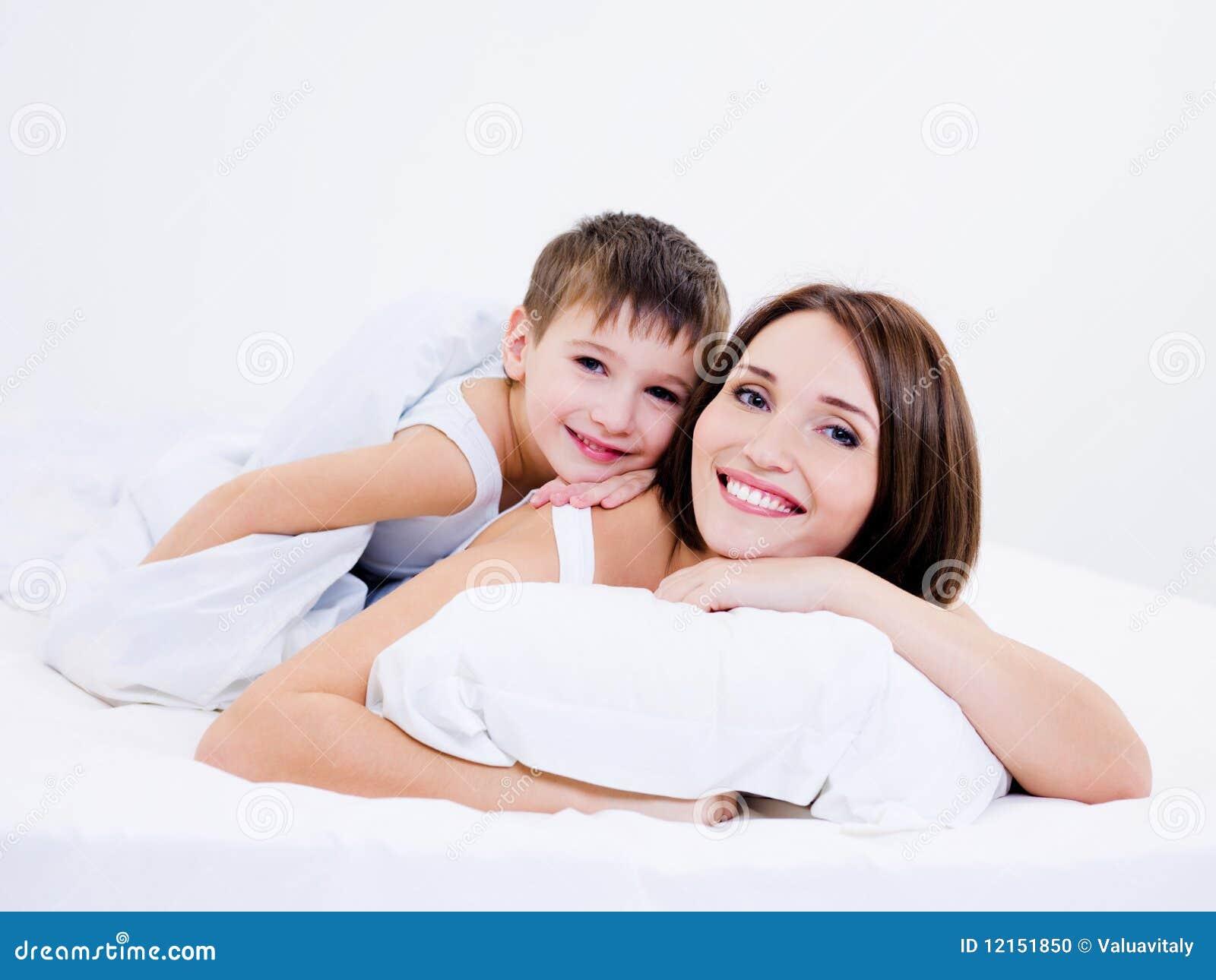 Mutter und Sohn schlafen zusammen