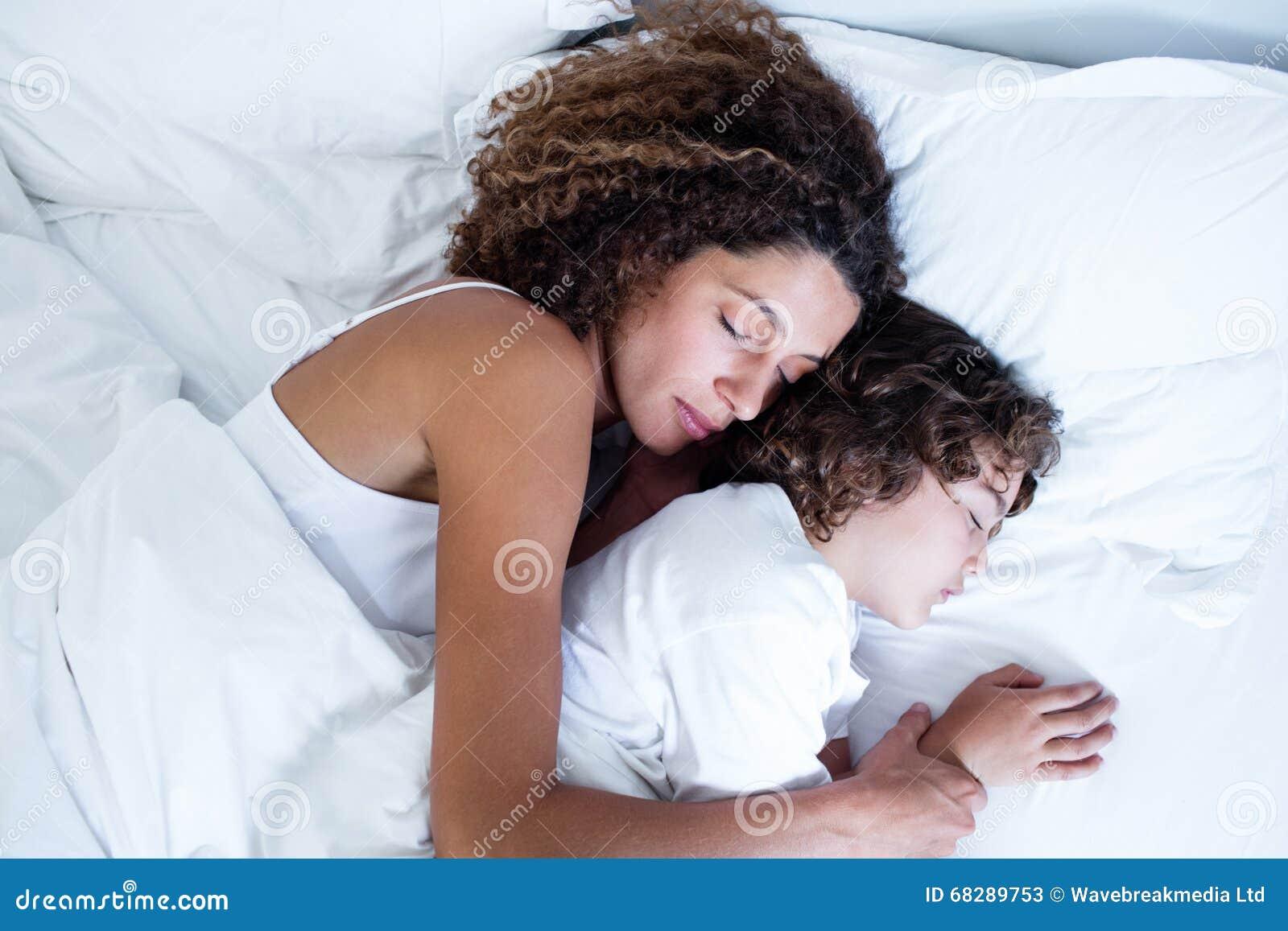 Mutter Und Sohn Die Zusammen Schlafen Stockbild Bild Von Zuhause