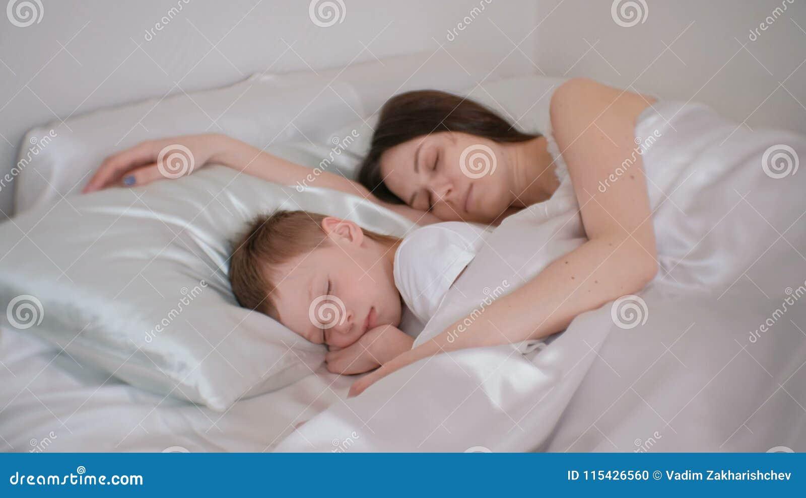 Mutter Und Sohn Die Zusammen Schlafen Mamma Die Ihren Sohn Umarmt