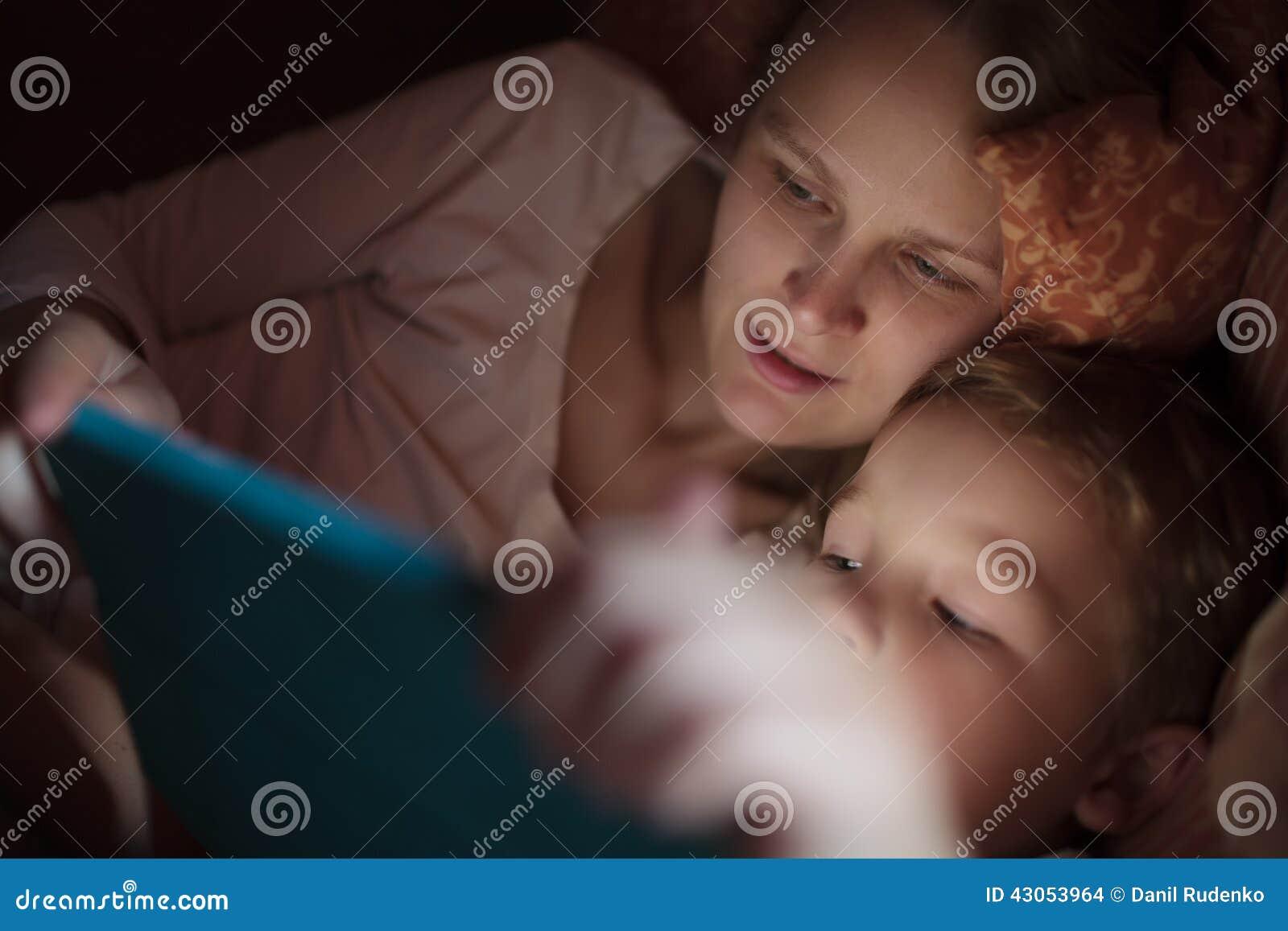 Mutter Und Sohn Im Bett