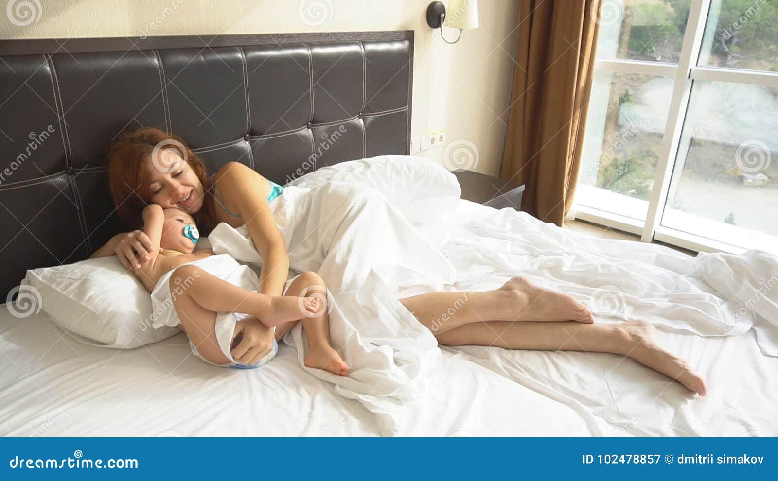 Mutter Und Sohn Schlafen Morgens Im Bett An Stock Video Video Von