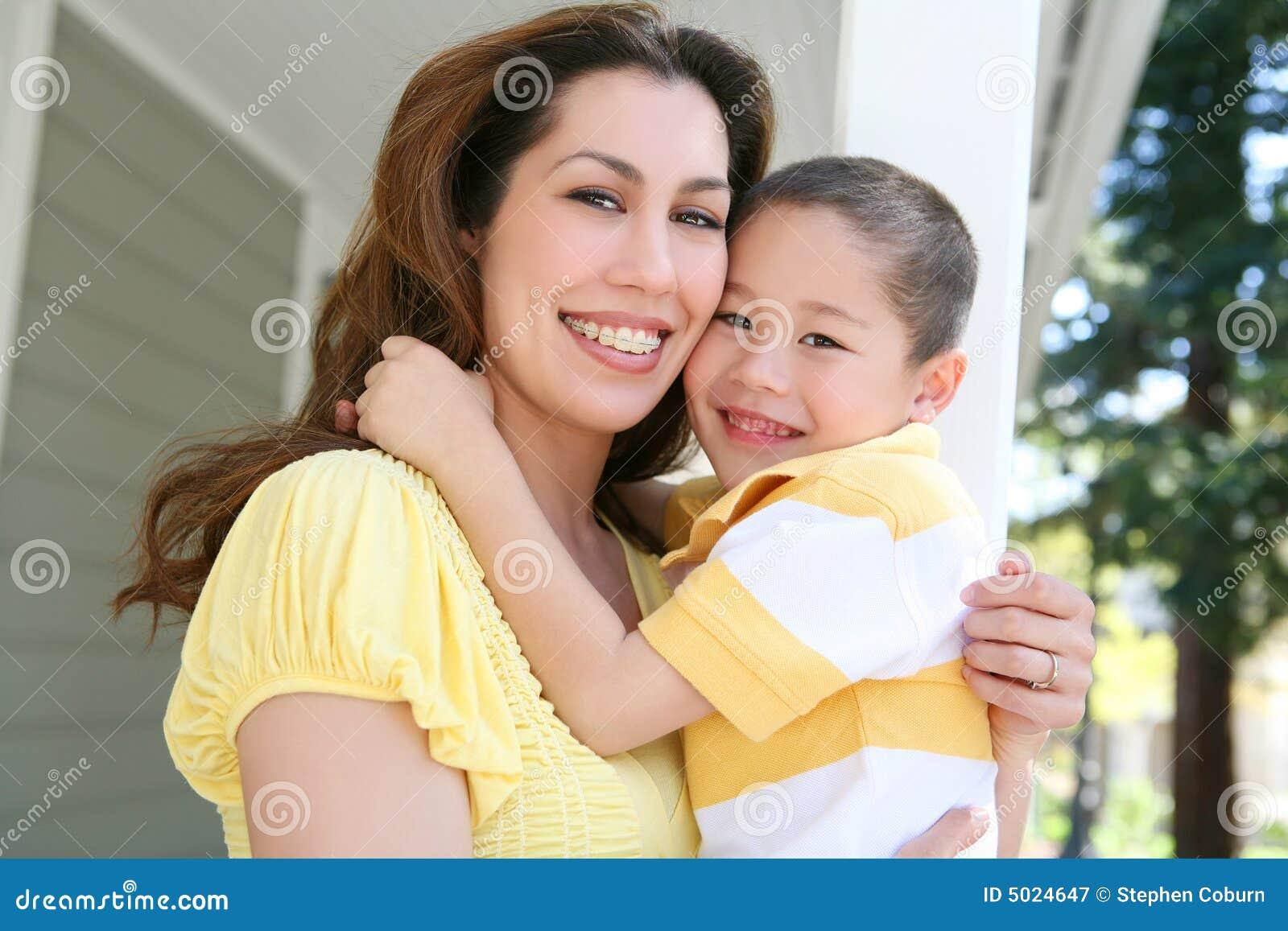 Mutter-und Sohn-Umarmung