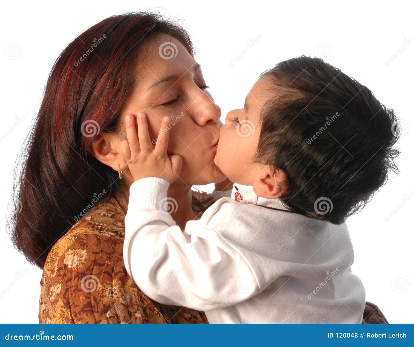 Mutter- und Sohnküssen