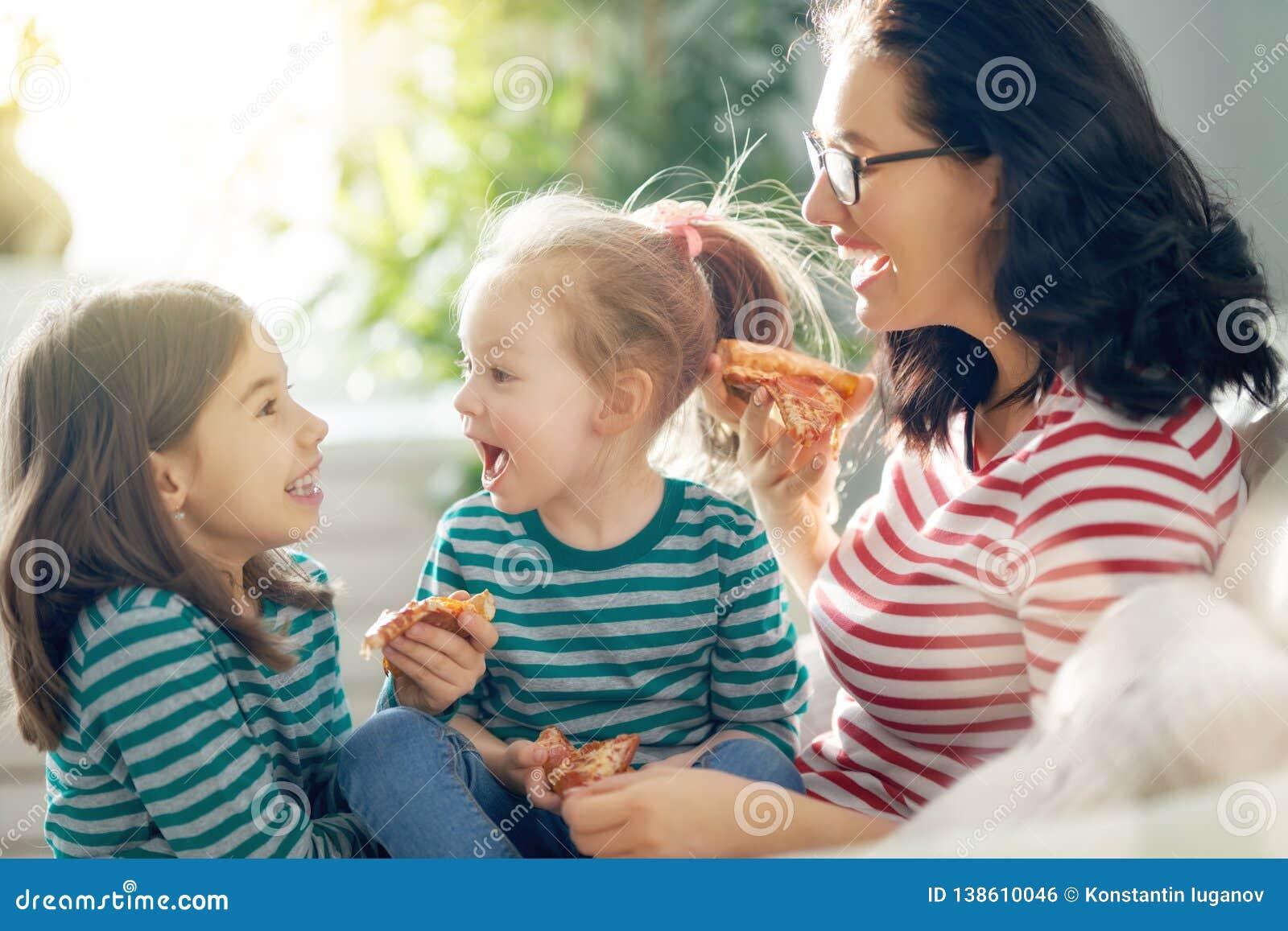 Mutter und Töchter, die Pizza essen